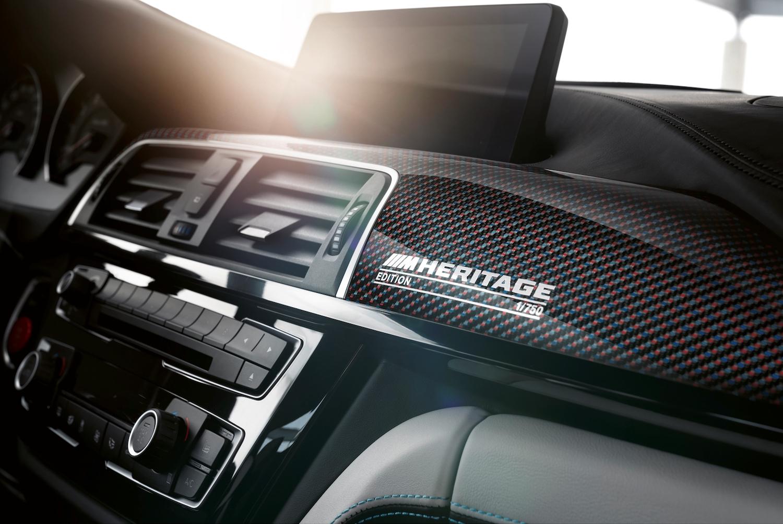 BMW M4 Edition M Heritage 碳纖維紀念銘版彰顯 750 分之 1 的 M 車主身份。