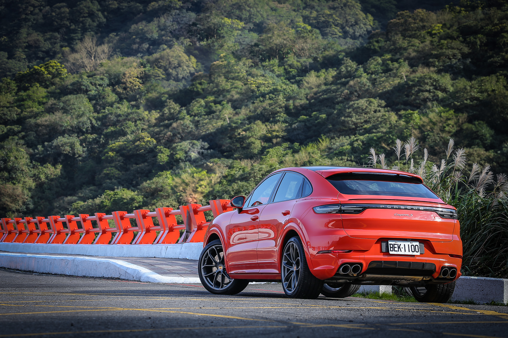 試駕主角為 Porsche Cayenne S Coupe,售價自新台幣 485 萬元起。