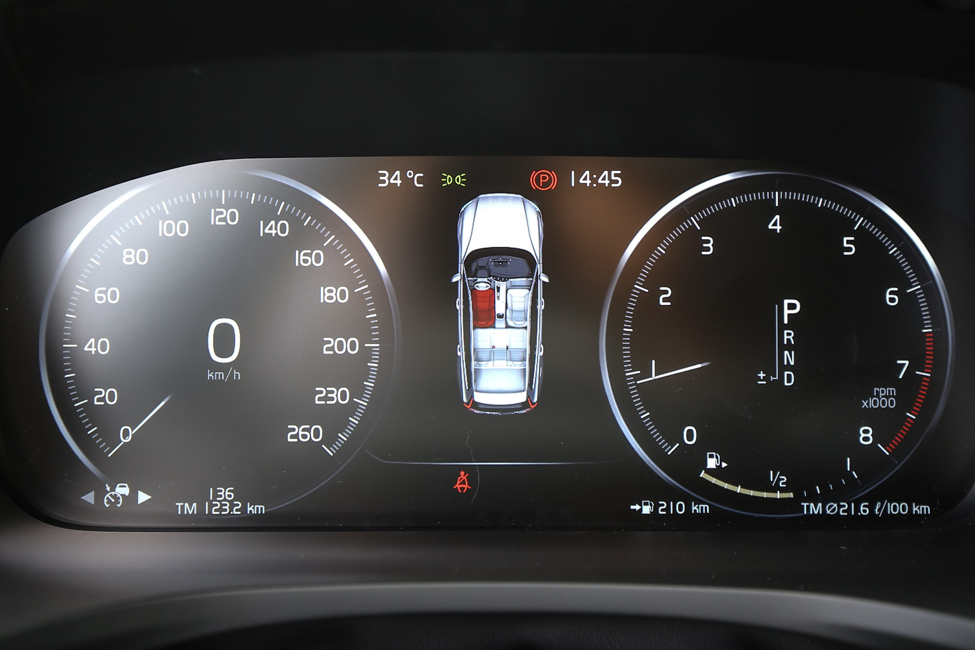 車系標配 12.3 吋數位整合資訊儀錶組。