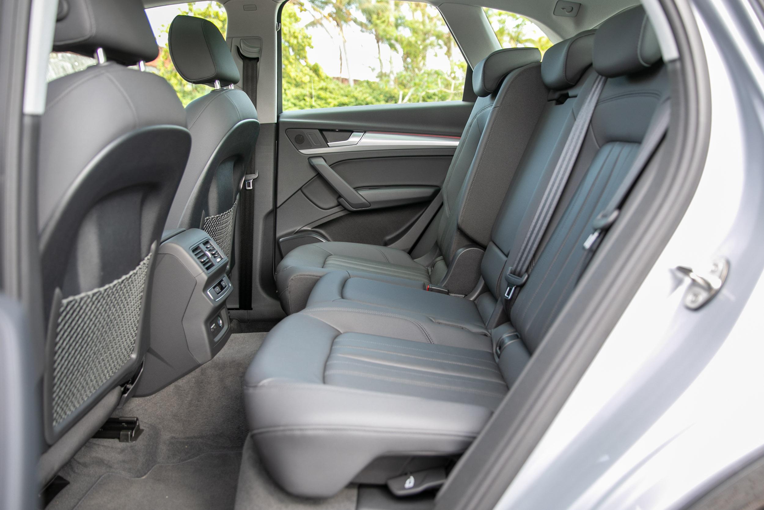 後座具備前後滑移、椅背角度調整等功能。