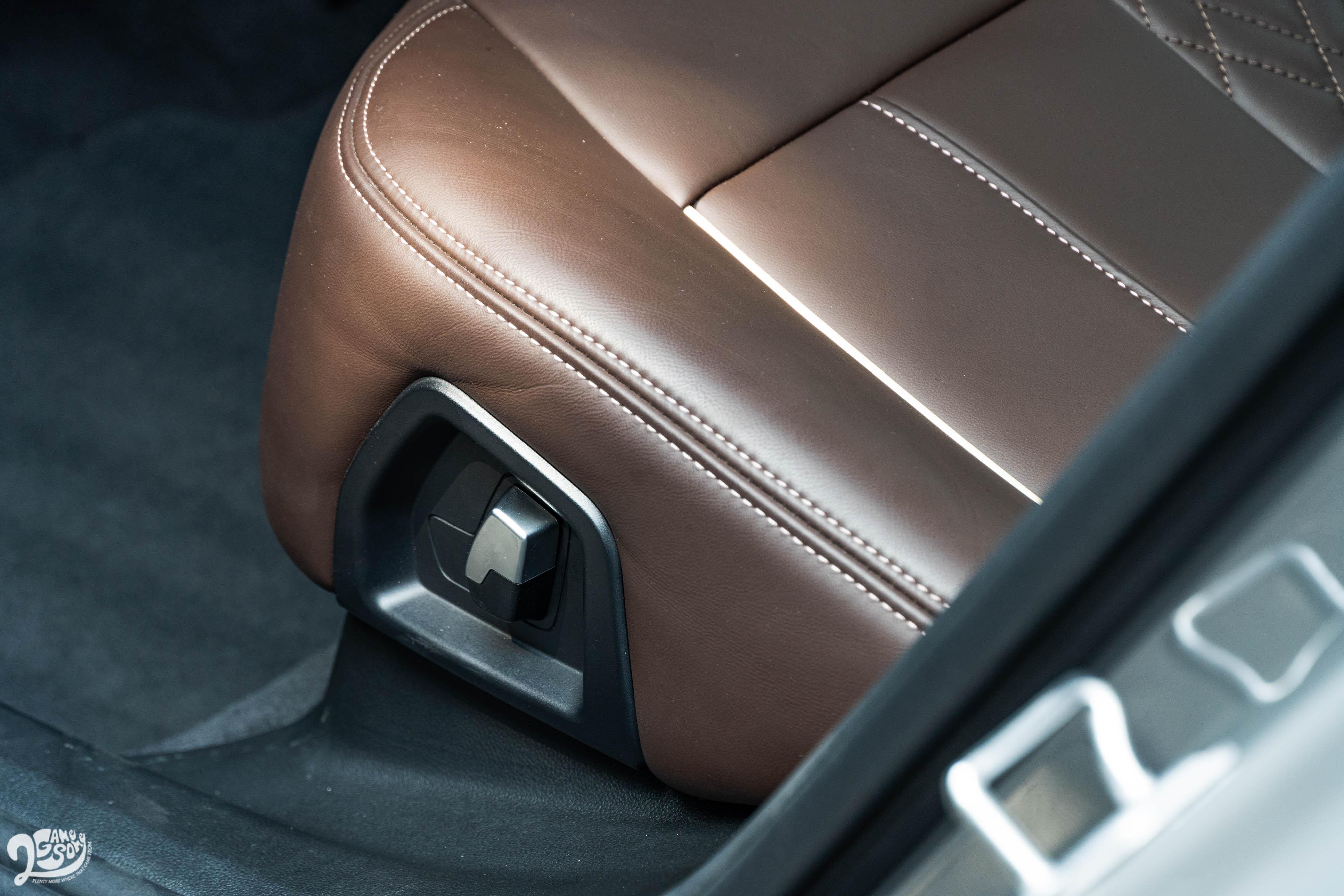 後座椅背提供電動調整。