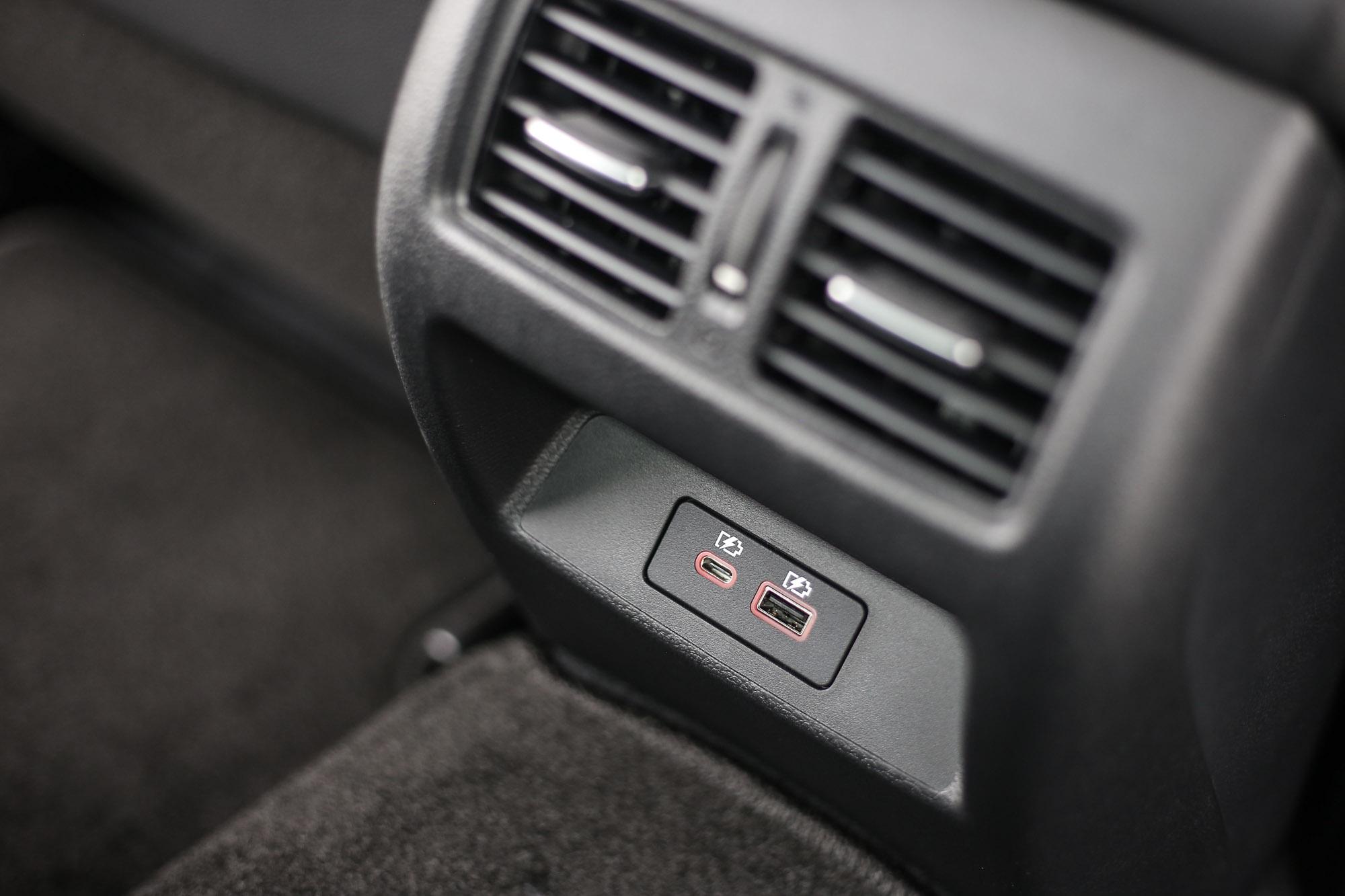 中型房車如果少了後座出風口,的確是個致命傷。Altima 也很貼心的提供 Type A/C 插槽。
