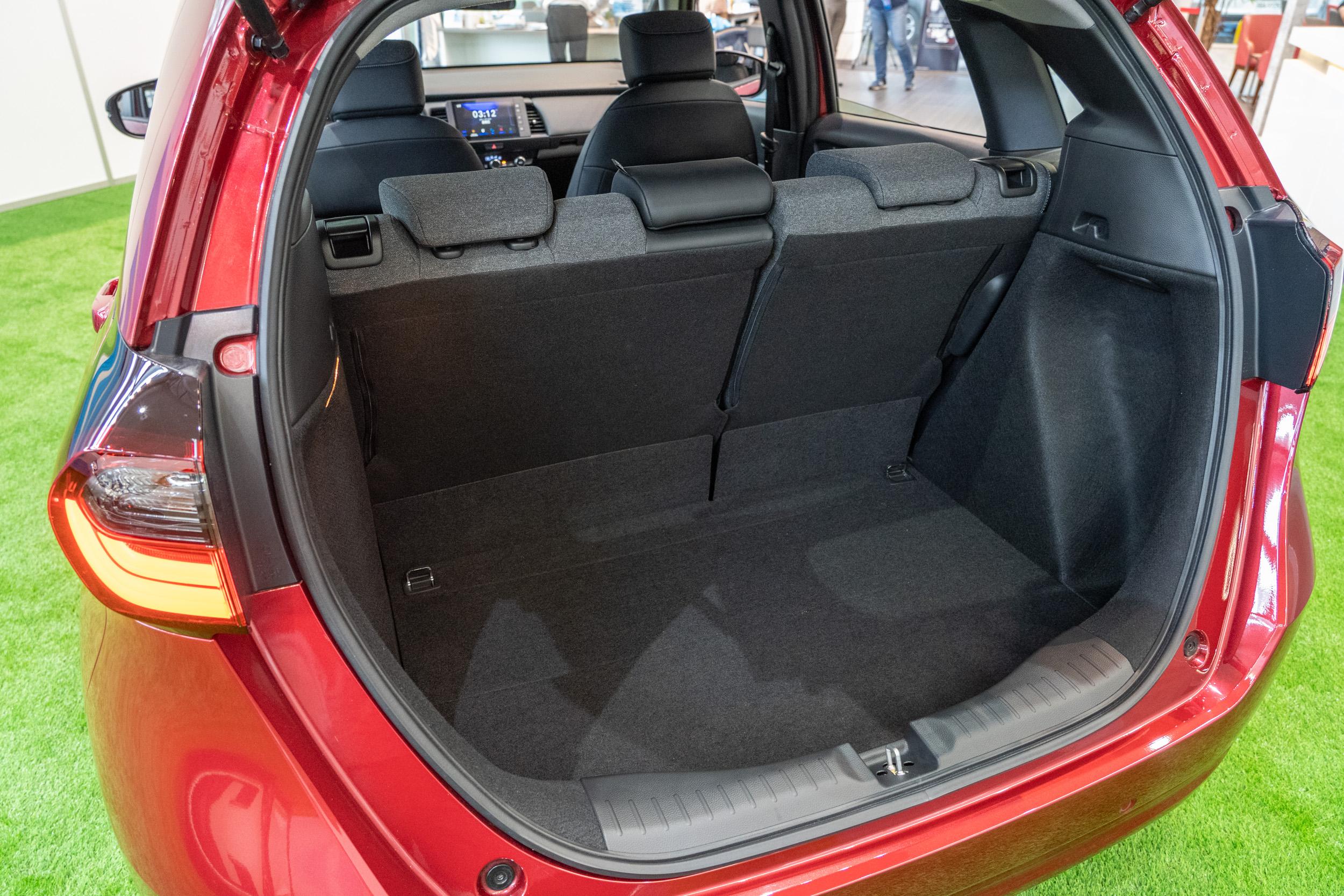 後廂容積從上世代的363公升縮減為此世代的304公升。