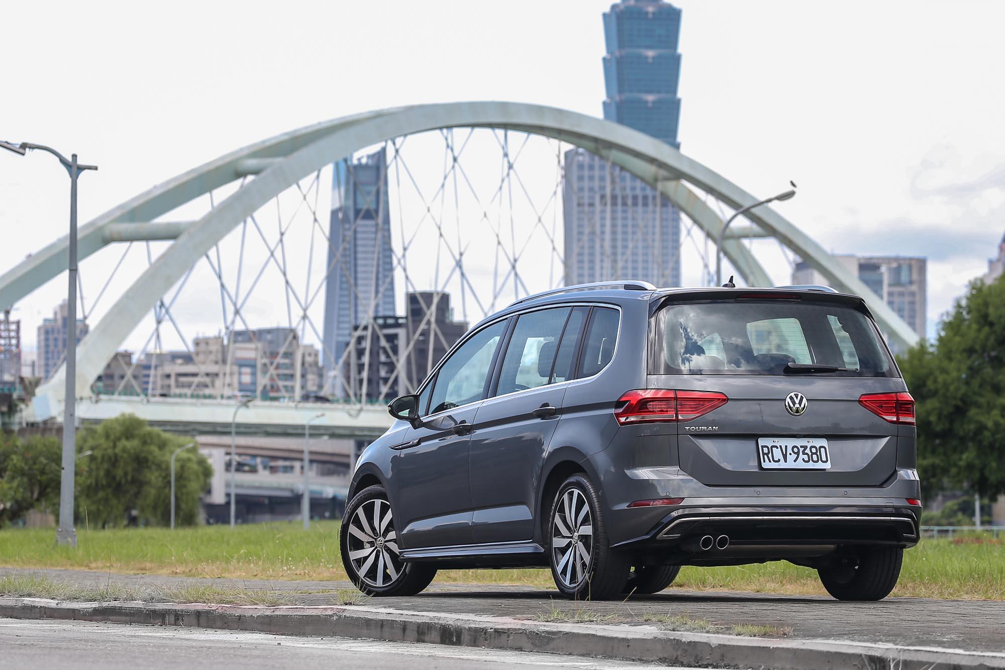 試駕車型為 Volkswagen Touran 280 TSI R-Line,售價為新台幣 138.8 萬元。
