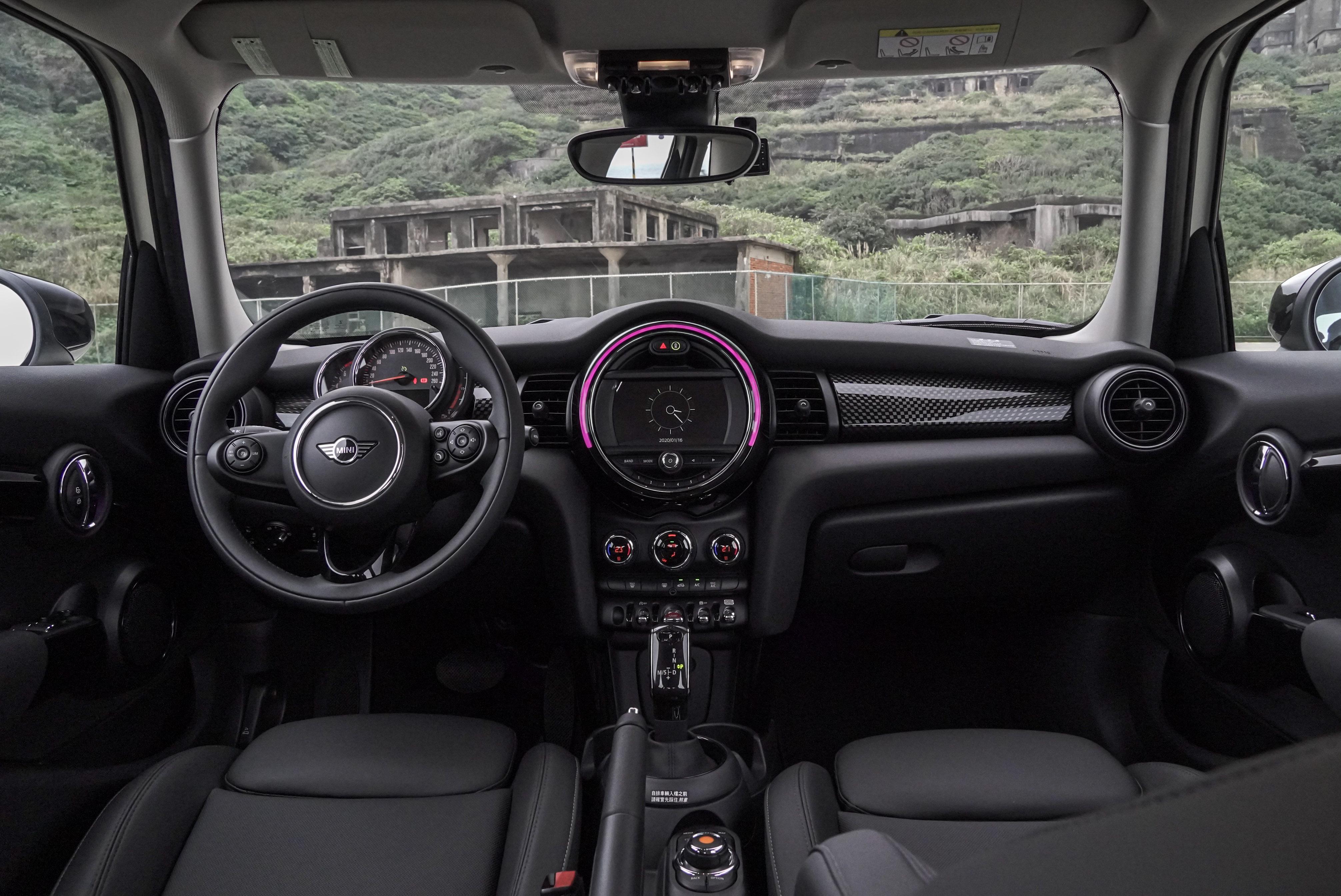 完全標配的 Cooper S,內裝以黑色為主軸,頂棚則是米白色。