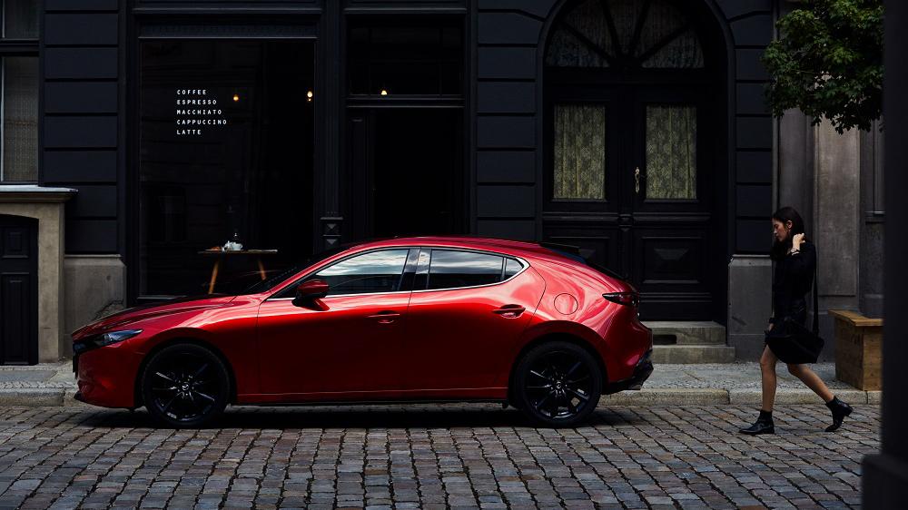 21 年式 Mazda3 新增黑鋁圈紅內裝,79.9 萬起旗艦型降三萬
