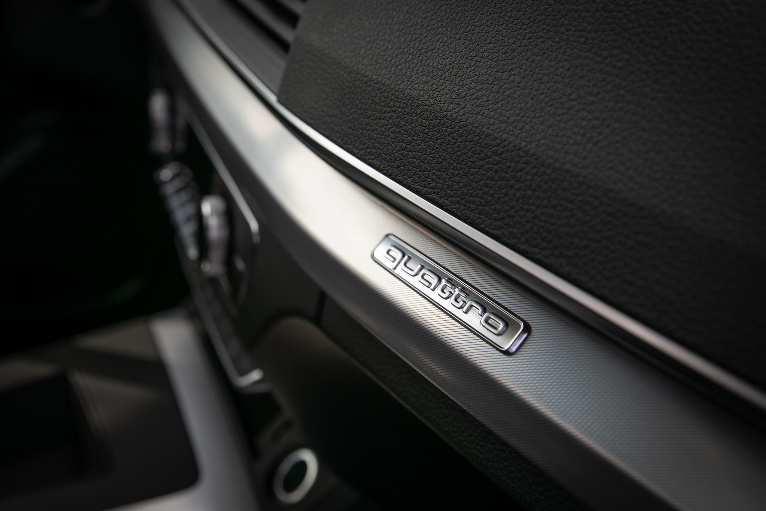 以金屬飾板突顯 Audi 最為人稱道的科技氛圍。