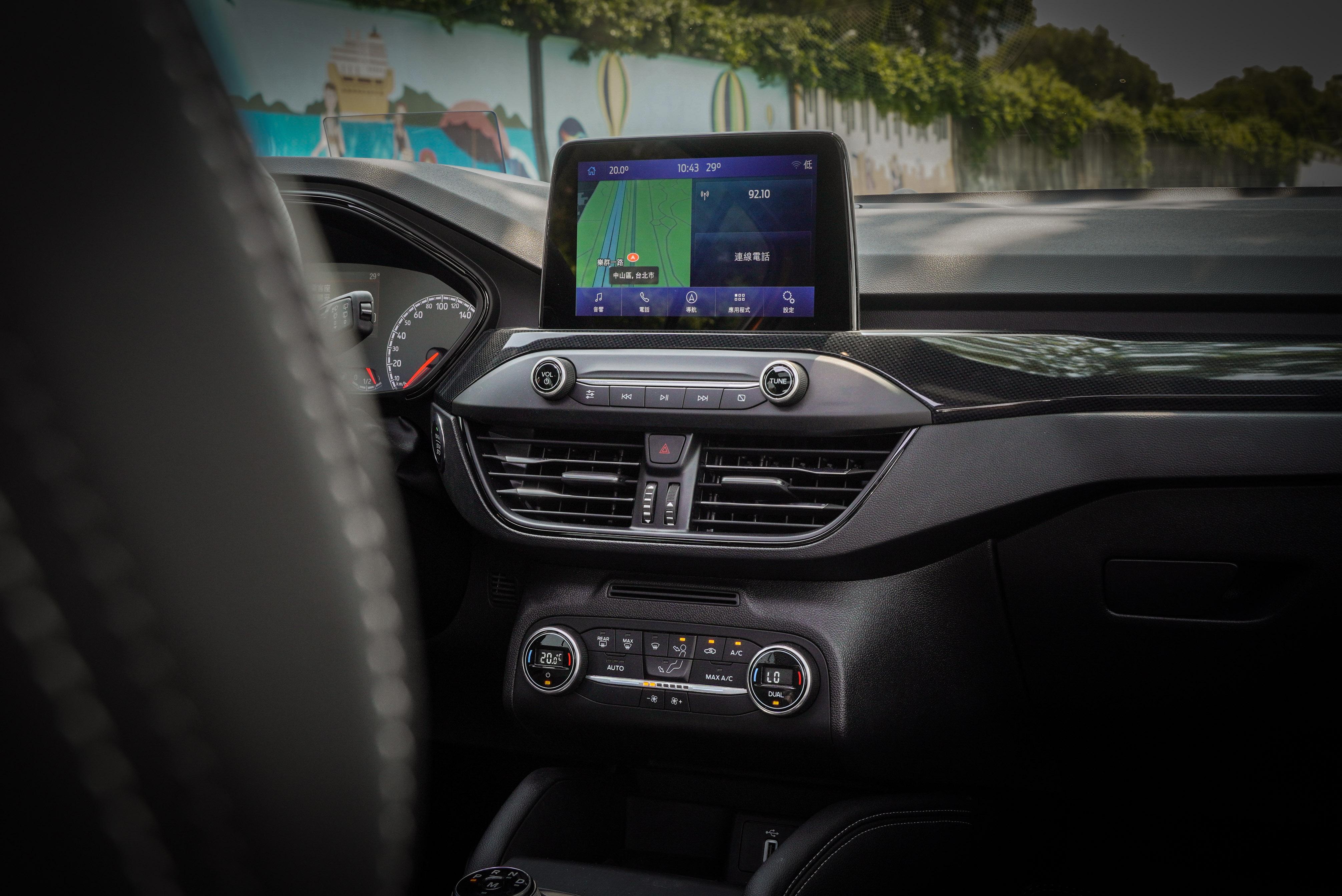 8 吋觸控式中控螢幕支援 Apple CarPlay、Android Auto 系統,另標配原廠中文導航系統。