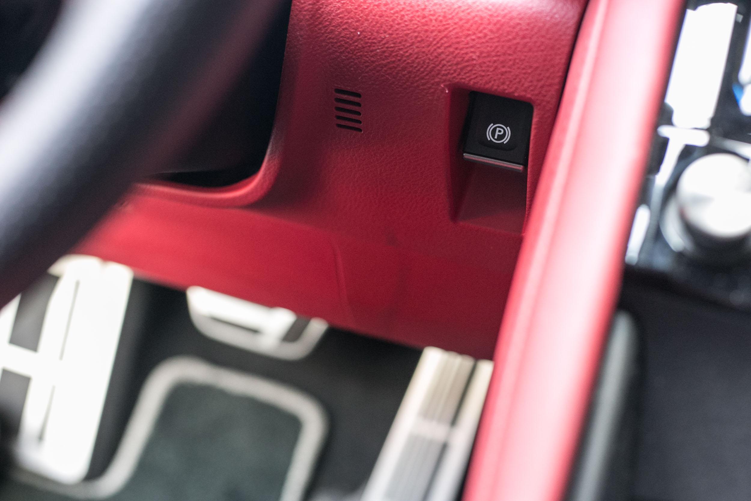 電子手煞車仍是位在方向盤右側下方的奇特位置。