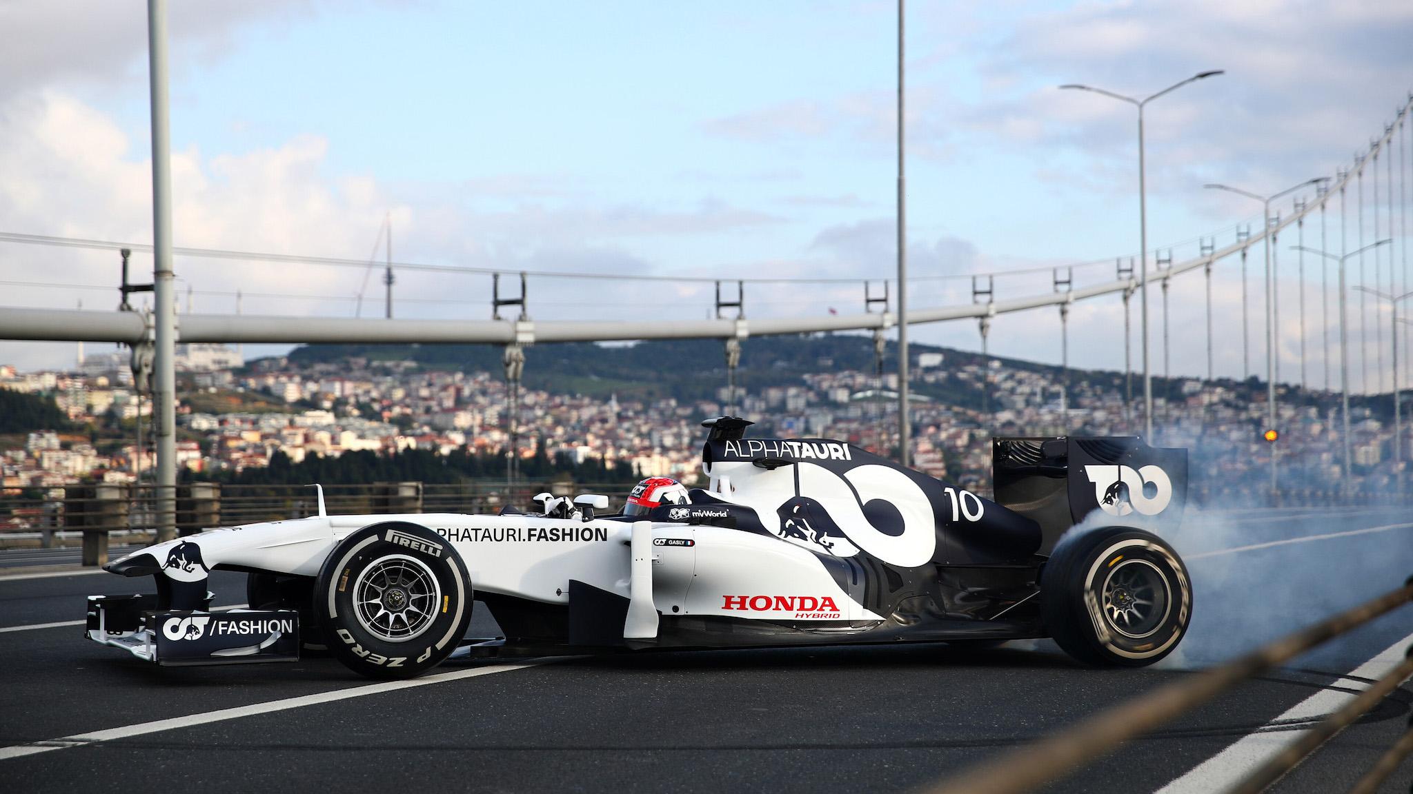【影】Red Bull 車手 Gasly、Albon 在歐亞大陸間恣意燒胎
