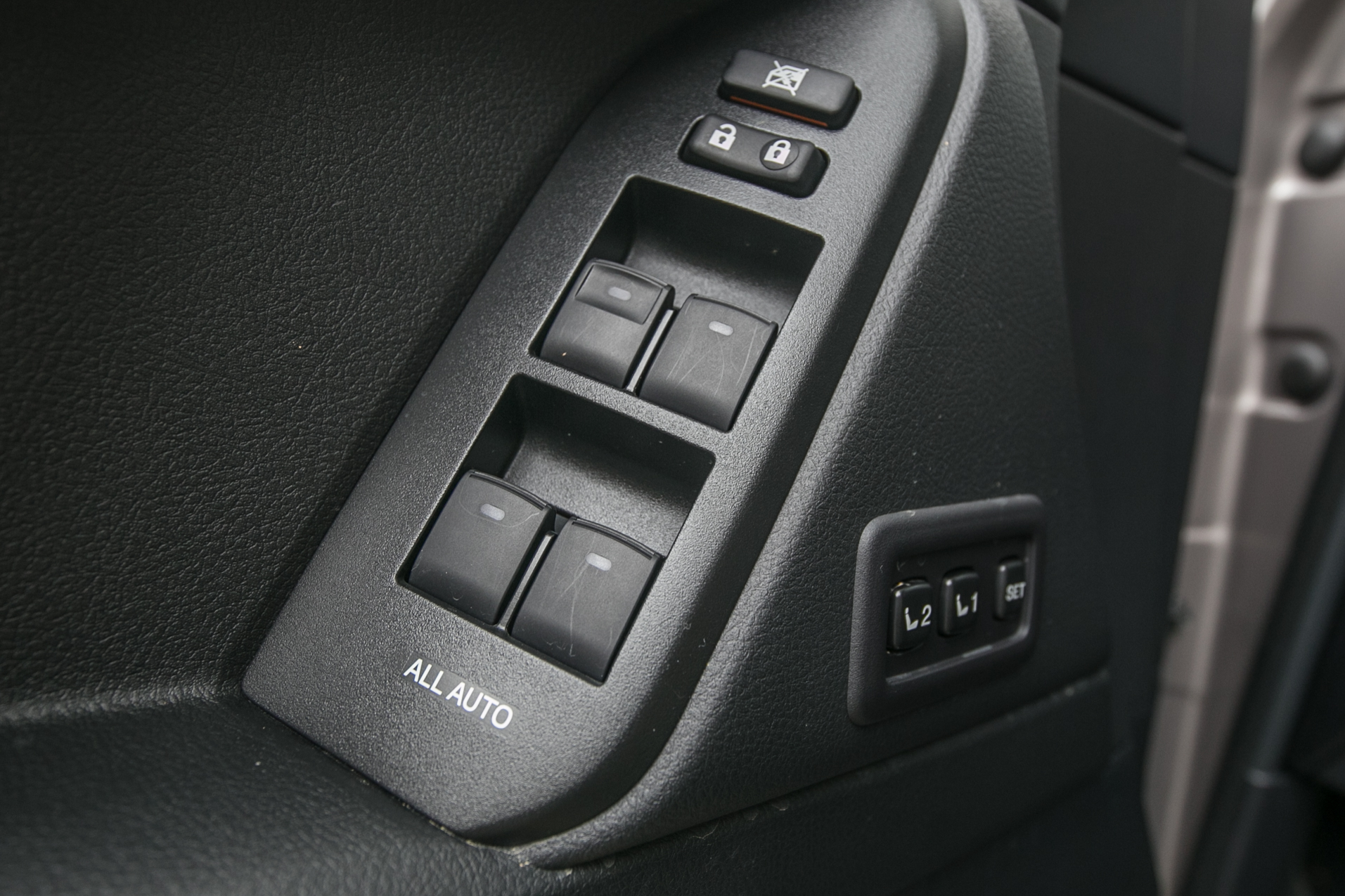 駕駛座具備三組記憶功能。