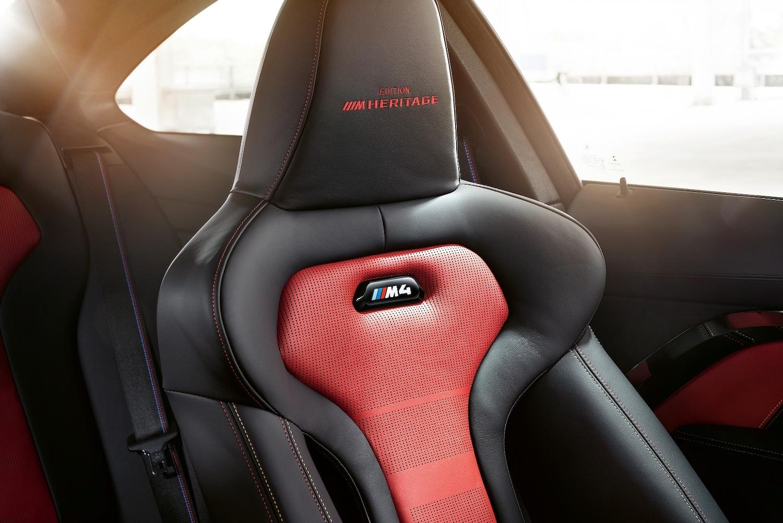 BMW M 專屬雙前座跑車座椅繡上 Edition M Heritage 字樣。