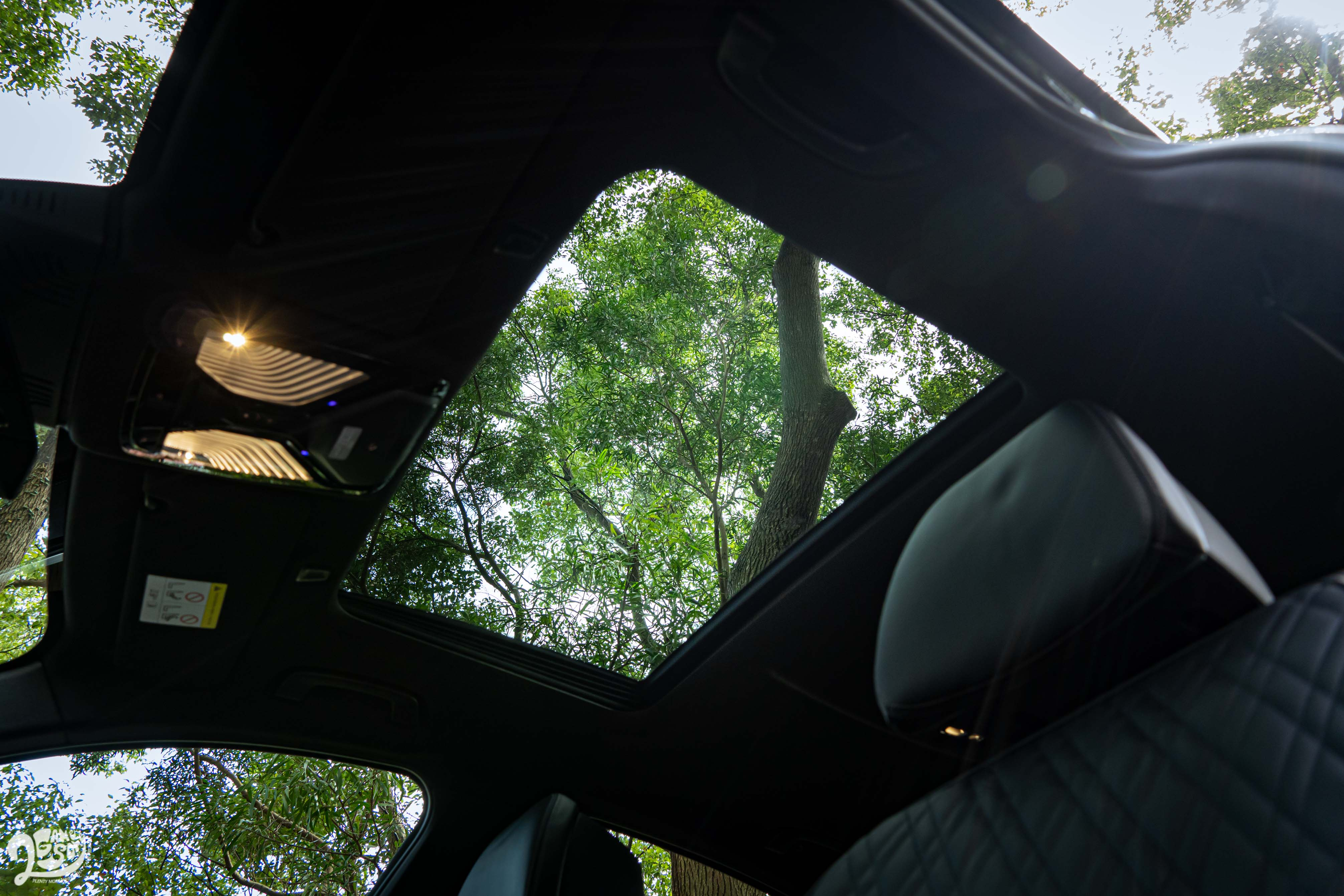 天窗只有前座可以享受到,全景天窗要到 5系列 Touring 才有。