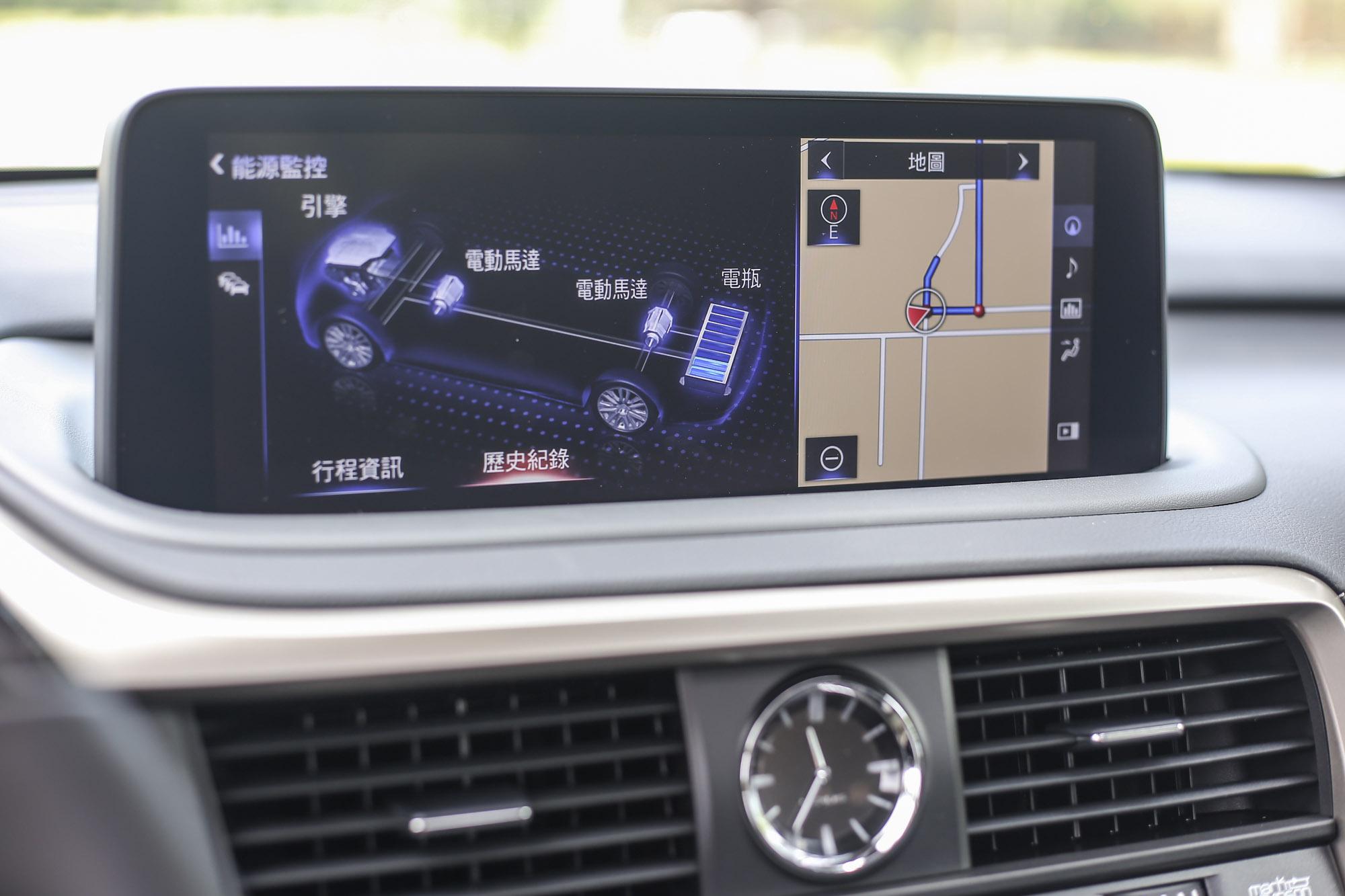 既然是油電動力車型,中控台的大面積螢幕自然不會少了動力流的狀態顯示。