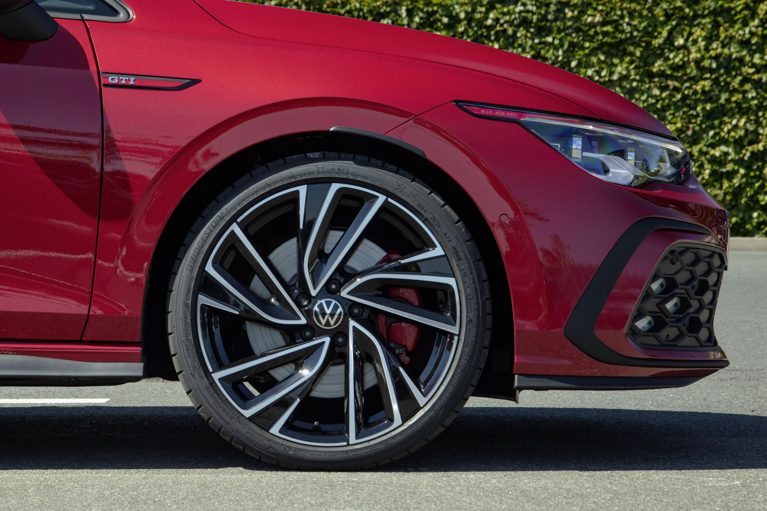 Golf 8 GTI配有19吋專屬鋁圈和GTI專屬高性能紅色煞車卡鉗。