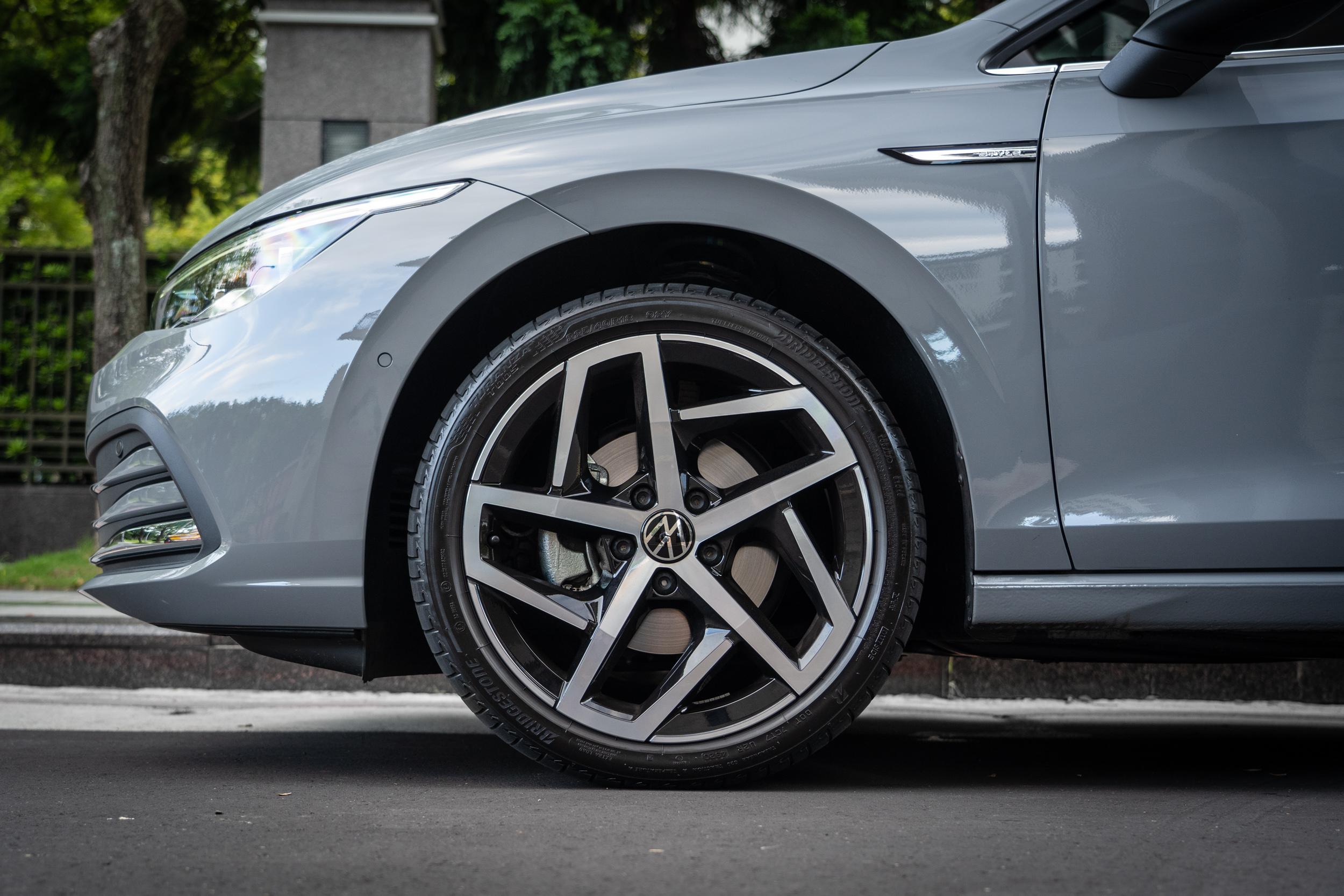 配備 225/40R18 胎圈規格。