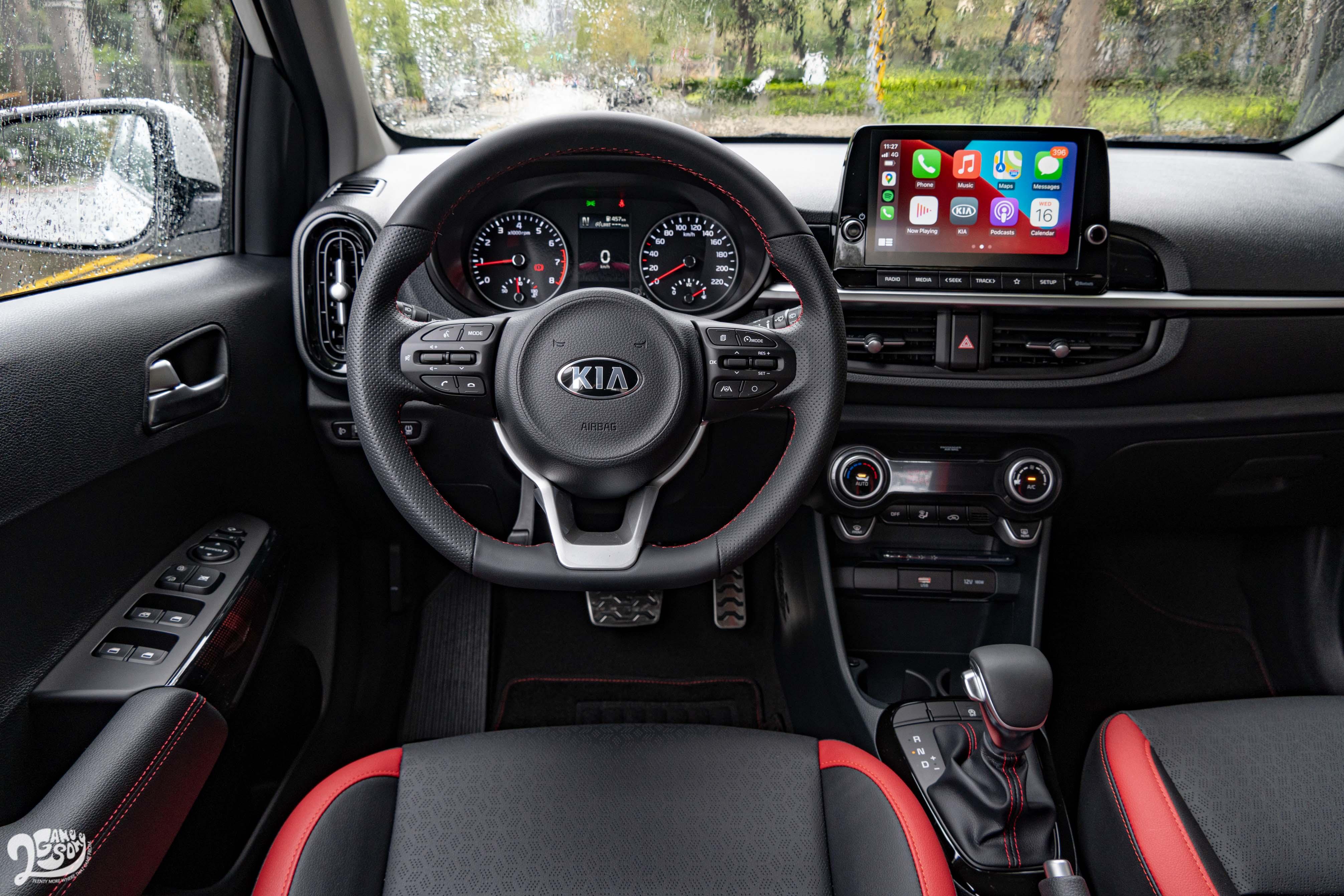 透過皮質方向盤可以感受到清晰且不太過輕盈的轉向,讓這車給人靈巧的動態反應。