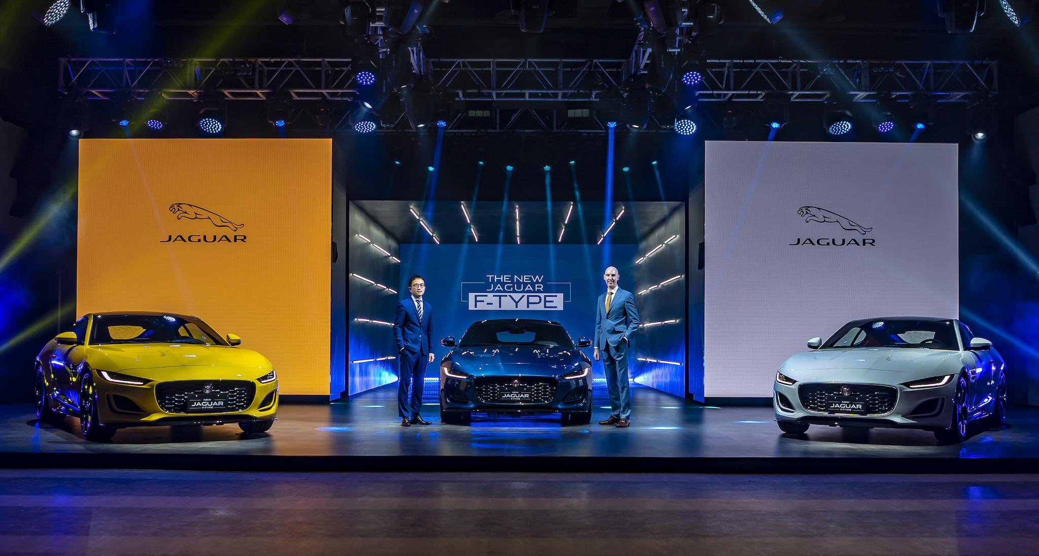 Jaguar Land Rover Taiwan 台灣捷豹路虎總經理 Garth Turnbull (右)與品牌總監張君維(左)一同發表 Jaguar F-Type P300 R-Dynamic 與 P450 R-Dynamic 雙車型。