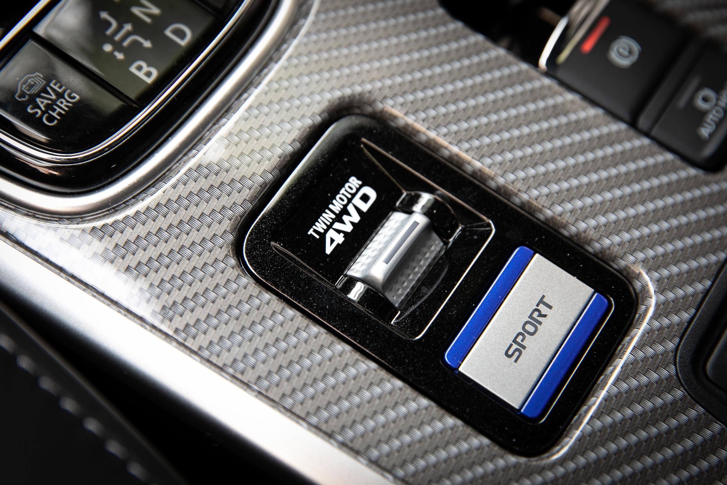 配備有 S-AWC 四輪驅動系統,透過兩只電動馬達的驅動,實現四輪驅動性能以外,還可切換至 4WD LOCK 功能,達到更佳的脫困能力。