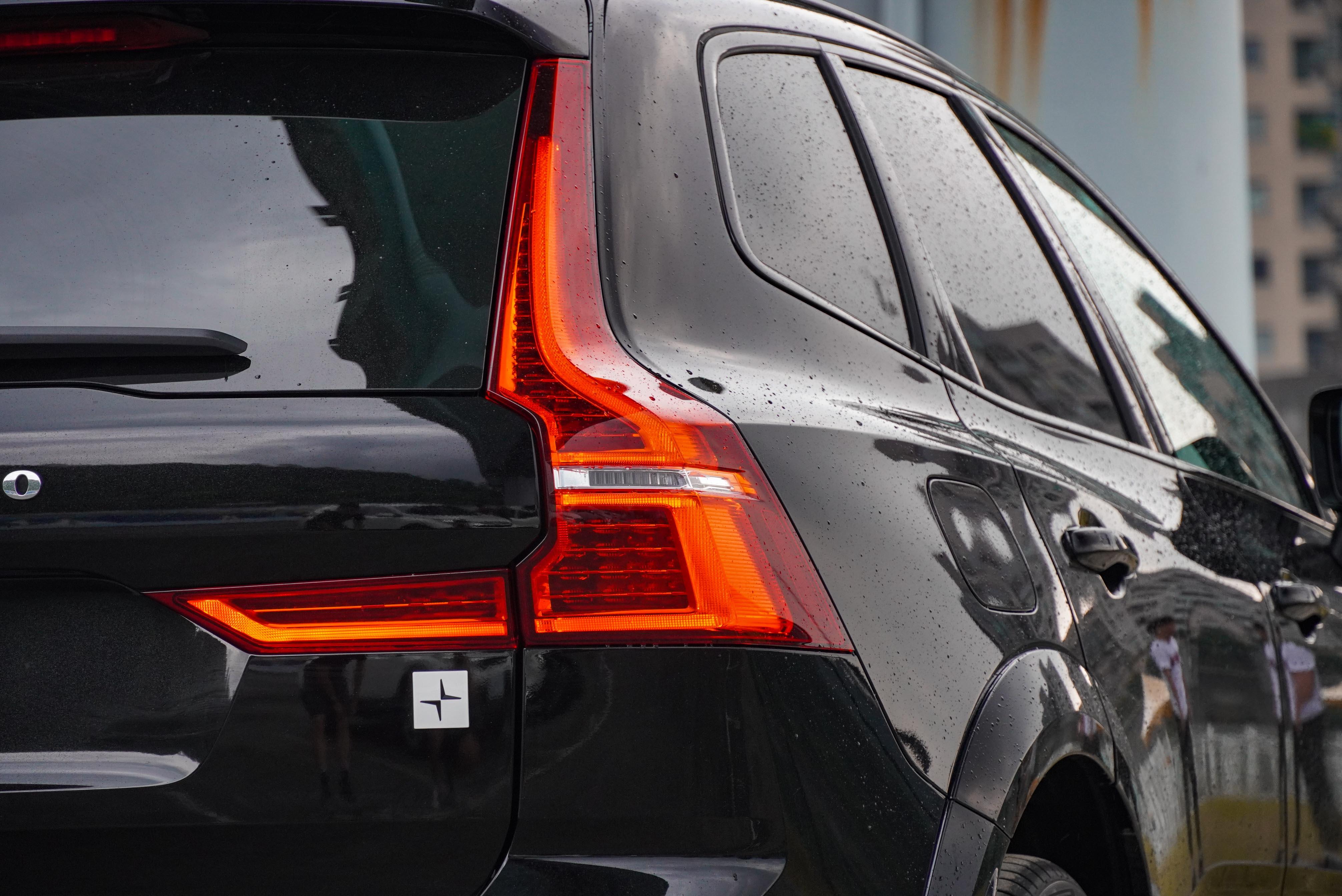黑色窗框與 R-Design 車型相同。