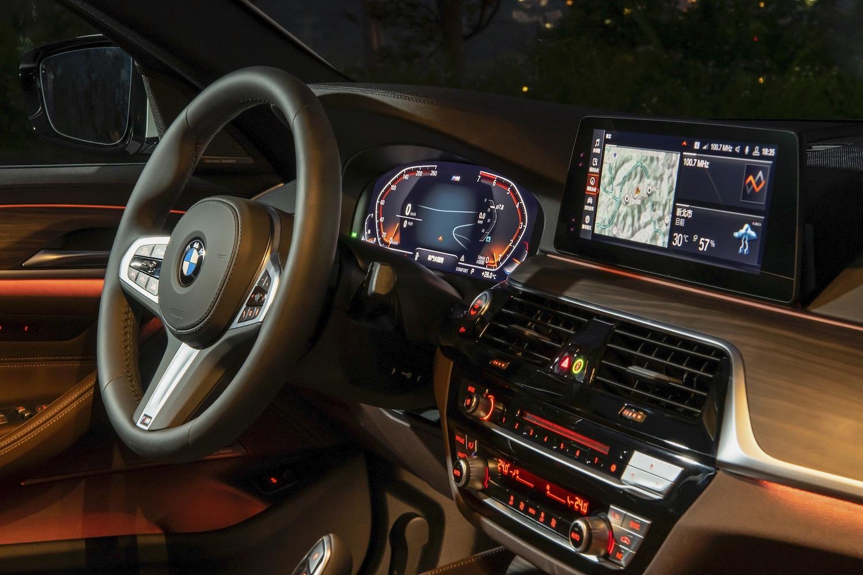 全新BMW 5系列白金旗艦版全面升級 iDrive7.0 全數位虛擬座艙含智能衛星導航系統,整合 12.3 吋虛擬數位儀錶與 10.25 吋中控觸控螢幕。