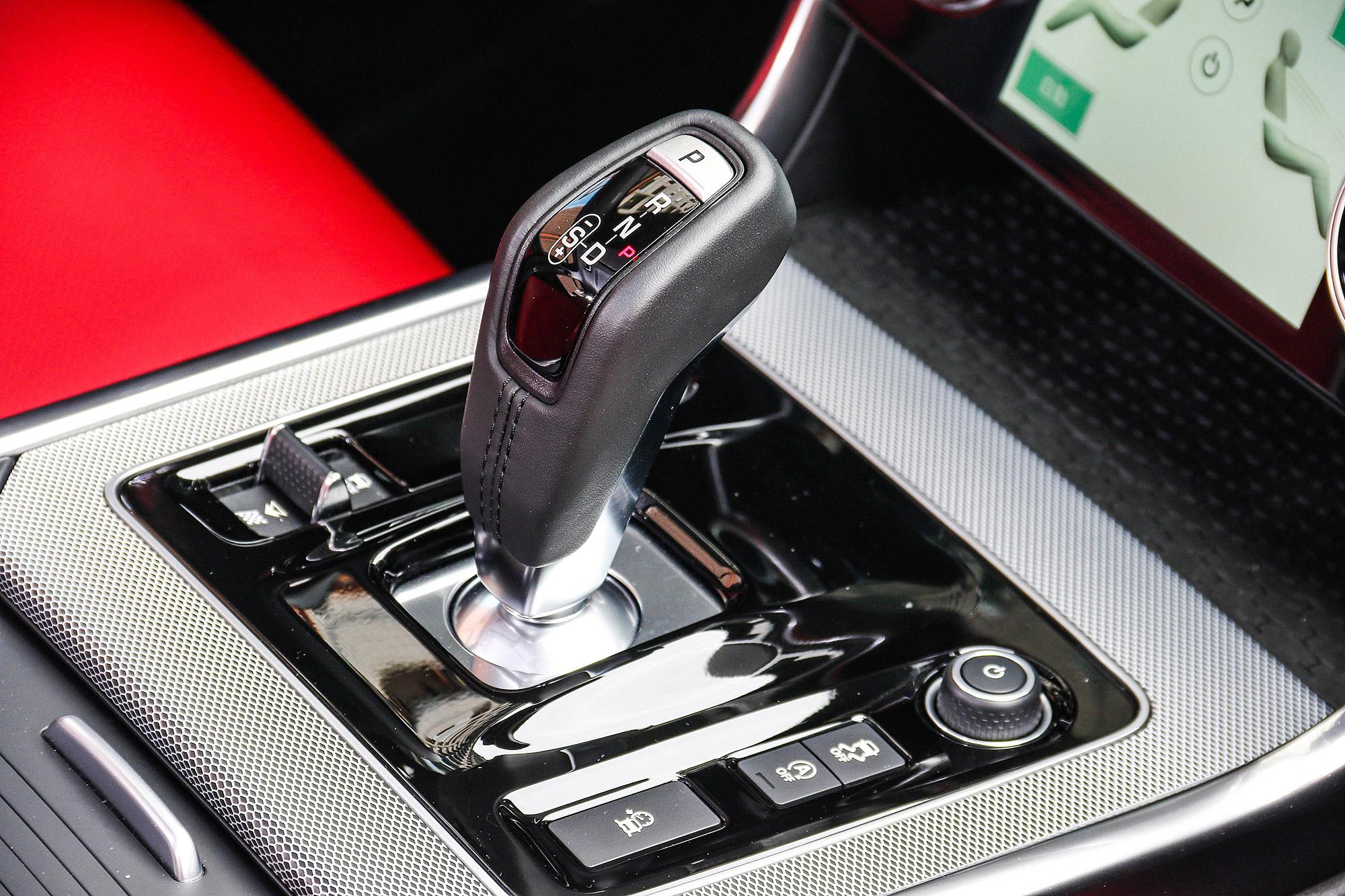 搭配的變速箱為 SportShift Gear Selector 式設計的 8 速手自排變速箱。