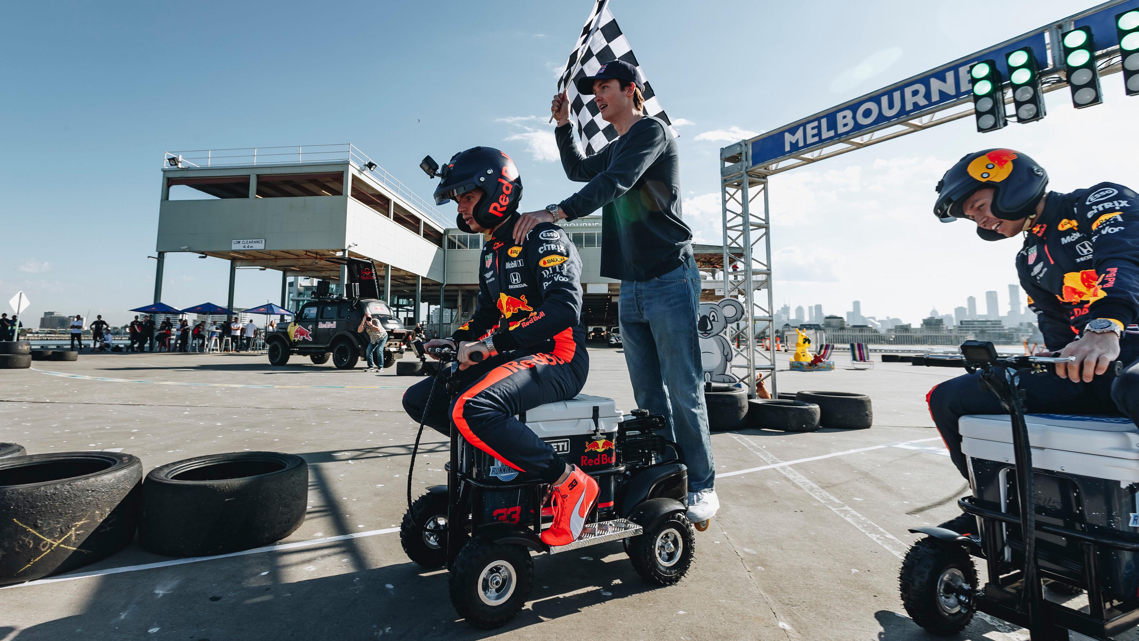 【影】F1 澳洲站取消,Red Bull Racing 車手改用電動冷藏箱閉門競速?