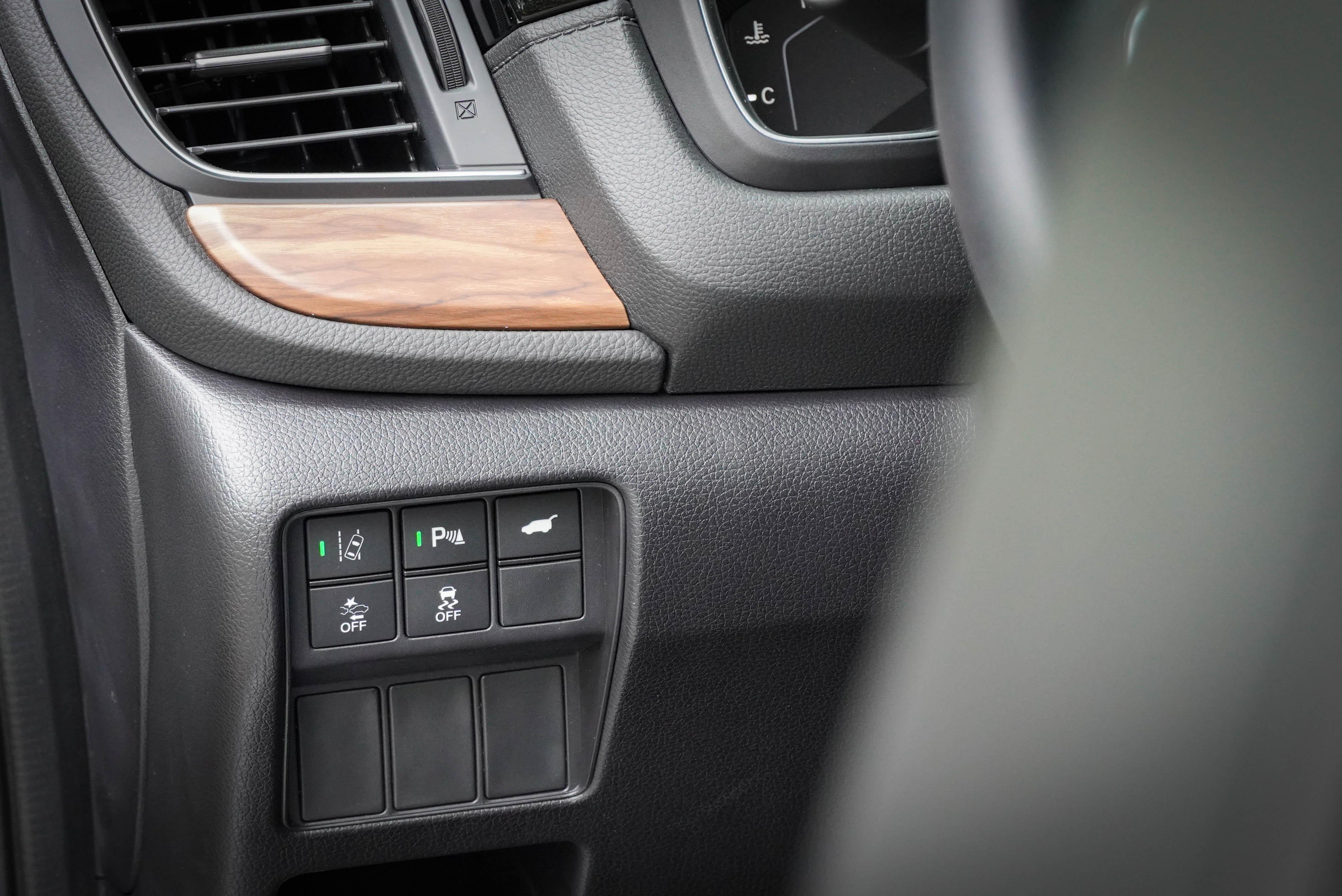 LKAS 車道維持輔助從方向盤左方開啟,電動尾門是 VTi-S 以上車型配備。S 等級導入 PSS駐車雷達系統。