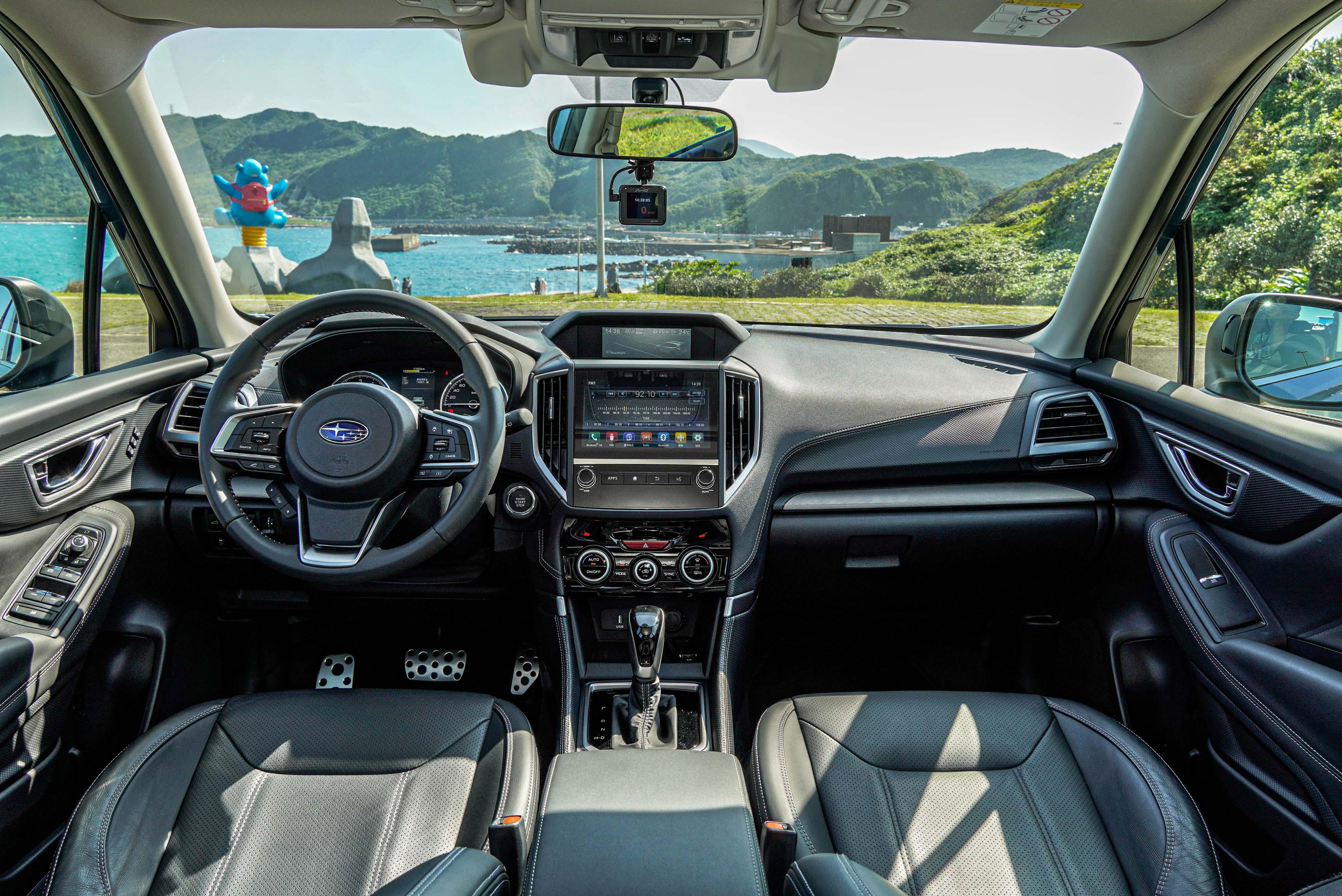 Subaru Forester 全車系標配 8 向電動調整黑色皮革座椅。
