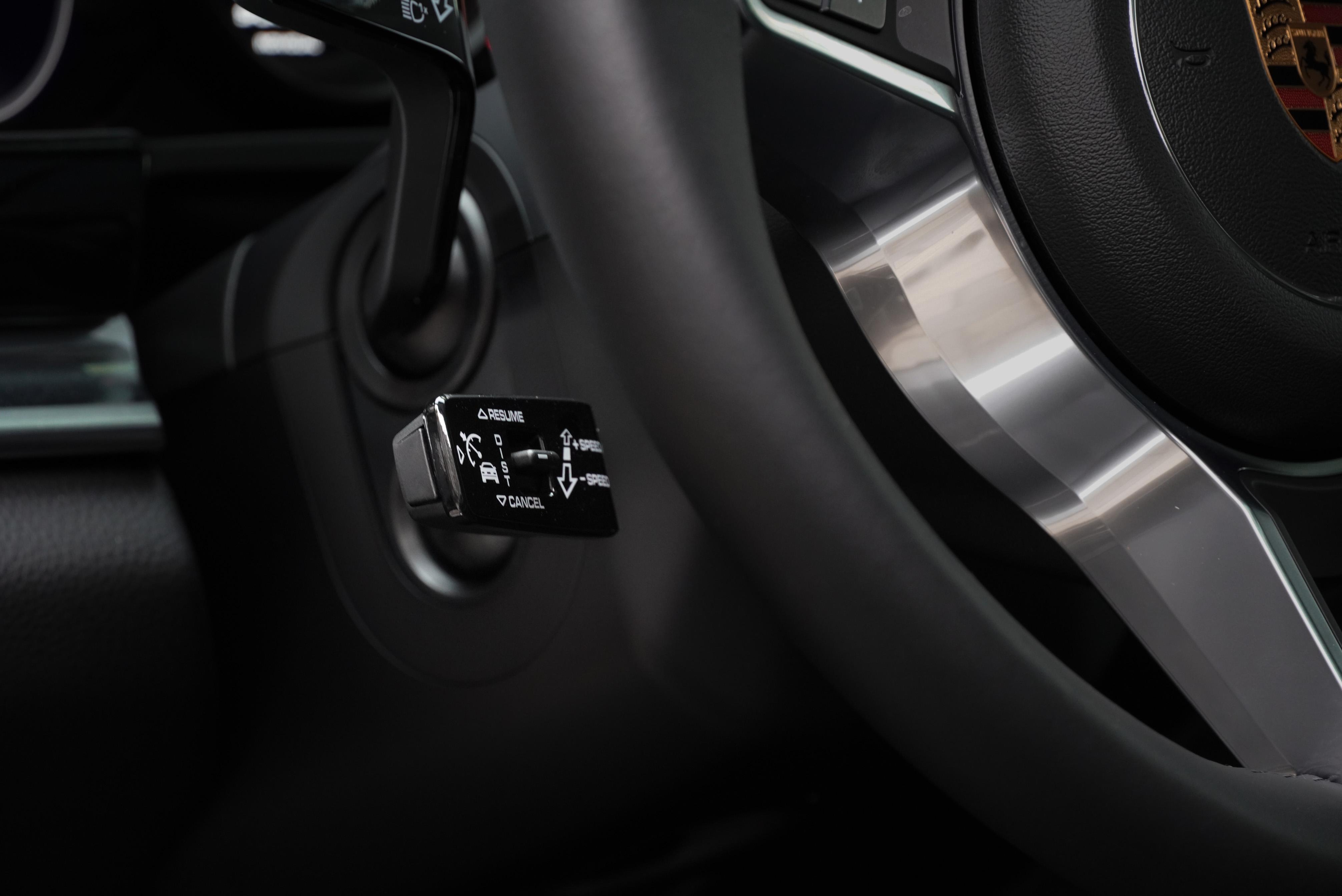 試駕車選配智慧巡航系統(ACC)可和 10 Years Edition 標配的車道維持輔助系統搭配使用。