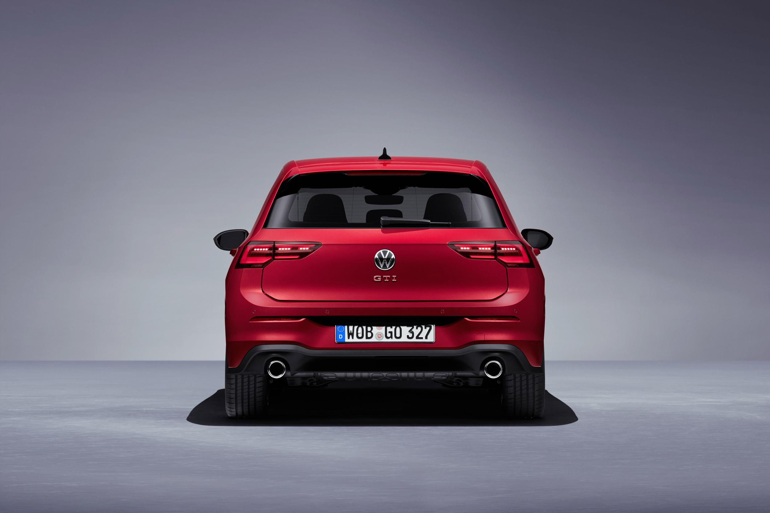 車尾同樣有GTI紅色置中車型銘牌、GTI專屬運動化後保桿和左右雙出排氣尾管,且為向經典的第一代GTI致 敬,特別推出新車色君臨紅。