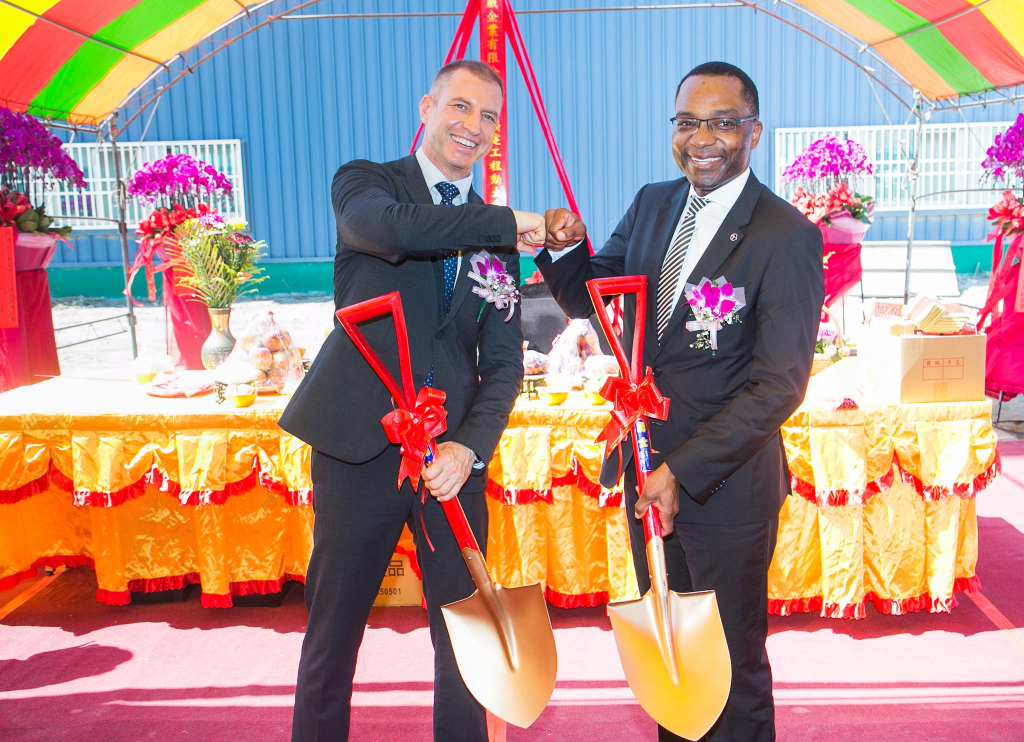 台灣賓士客戶服務處副總裁施韜騰(左) 及台灣賓士財務長奧諾瑞 (右)共同主持動土典禮。