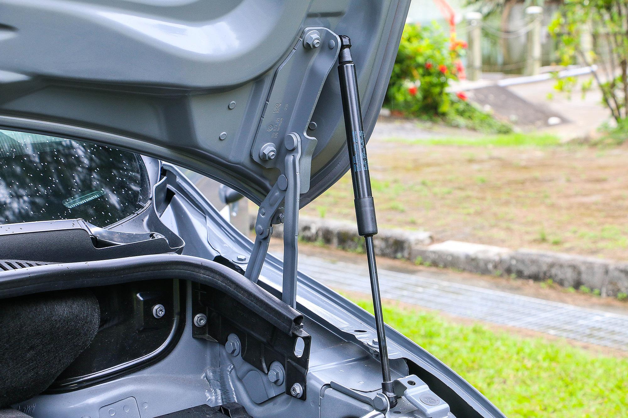 你沒看錯,就算是純商用車,卻配備了引擎蓋油壓頂桿。