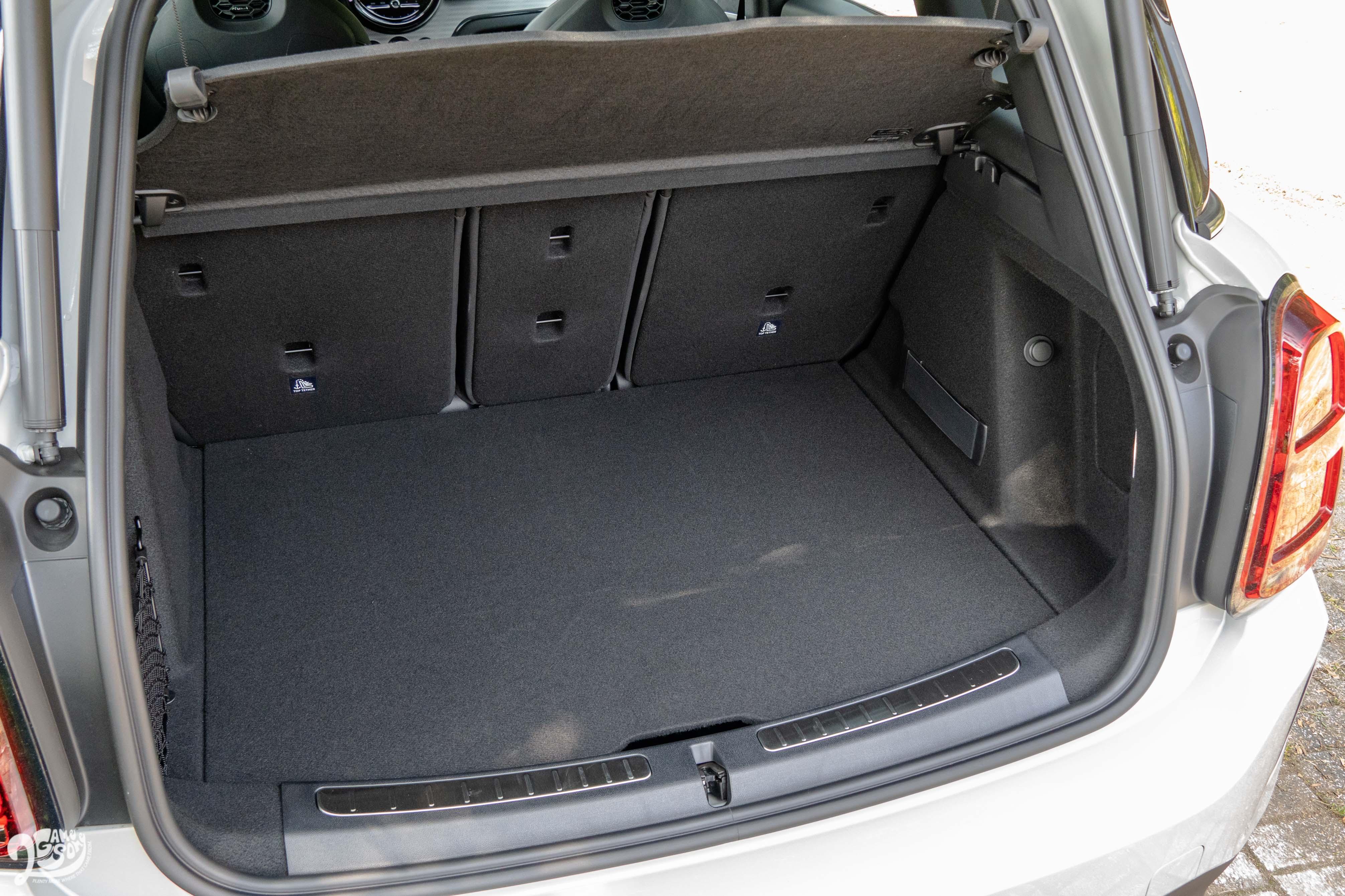 平整、方正的行李廂有 450 ~ 1390 公升的容量。