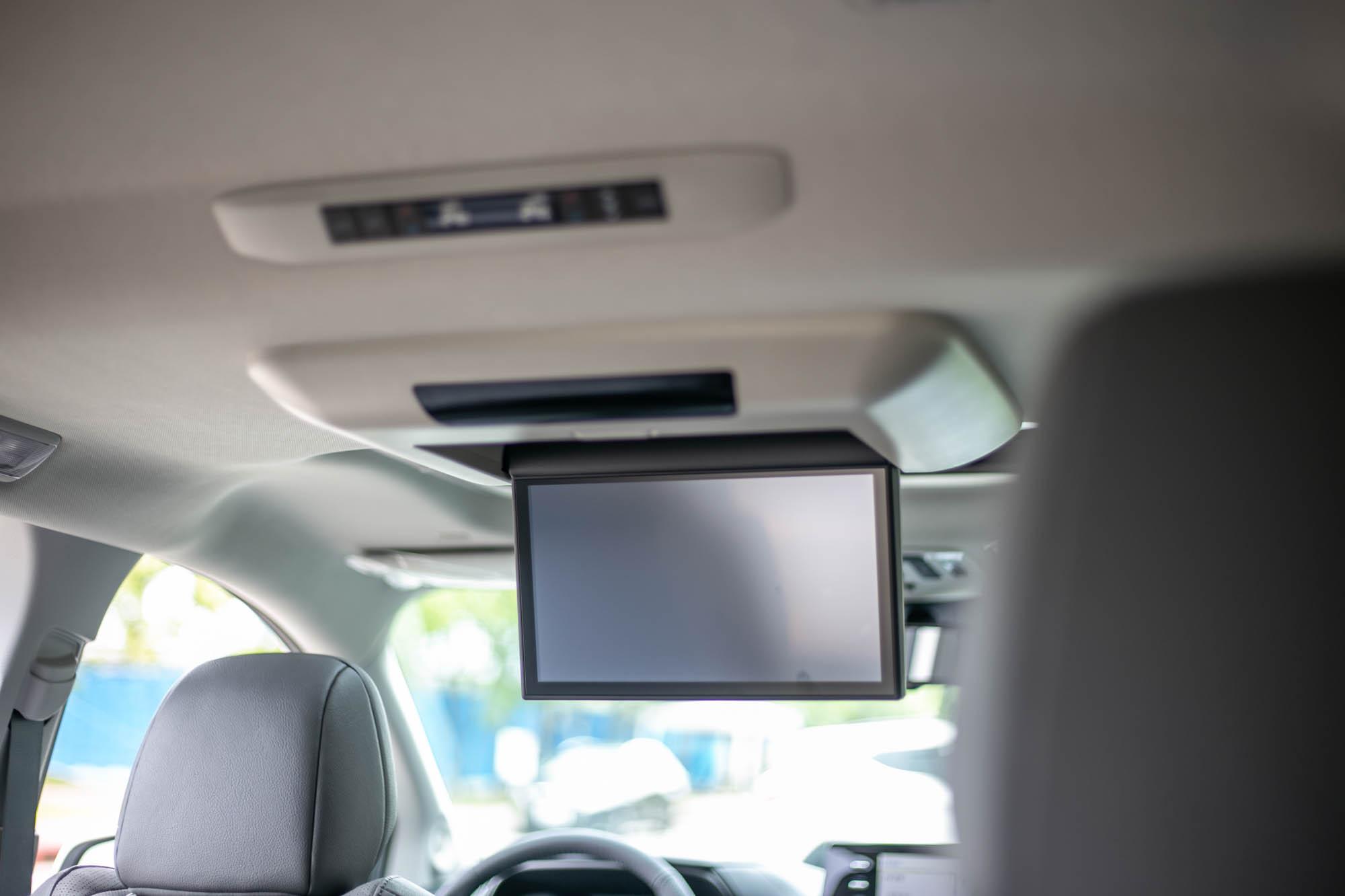 鉑金版配備後座影音娛樂系統,整合 11.6吋螢幕規格。