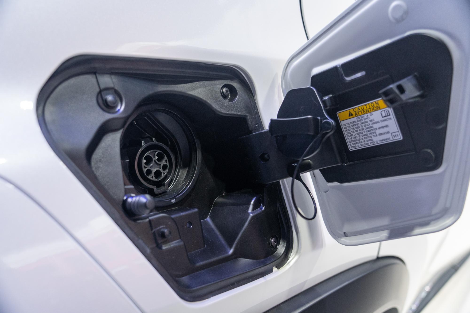 車身右側為 AC 交流電充電孔,採用 SAE 1772 規格。