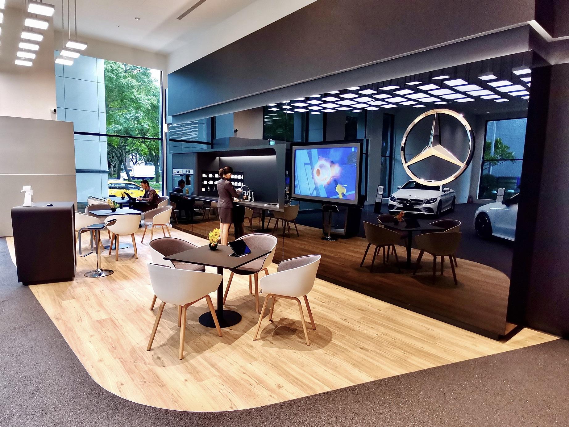 敦南展示中心內設有寬敞、舒適的休憩賞車區。