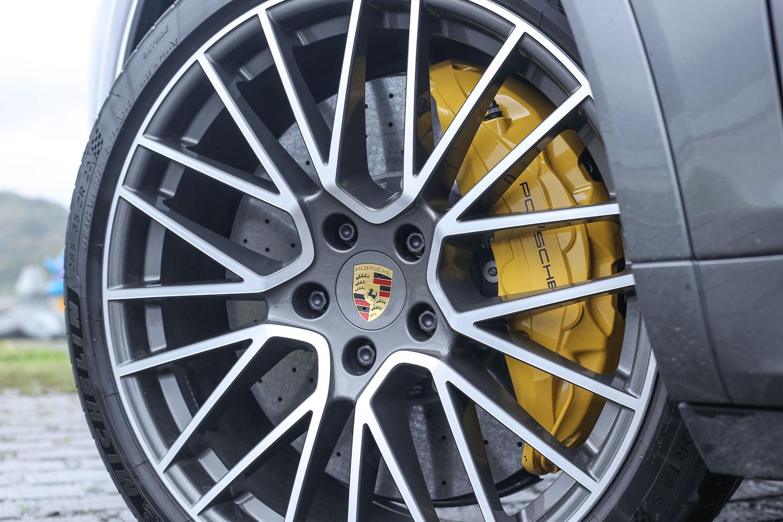 標配 21 吋輪圈,試駕車型選配至 22 吋 RS Spyder 規格樣式,同時選配陶瓷複合煞車系統與黃色煞車卡鉗。
