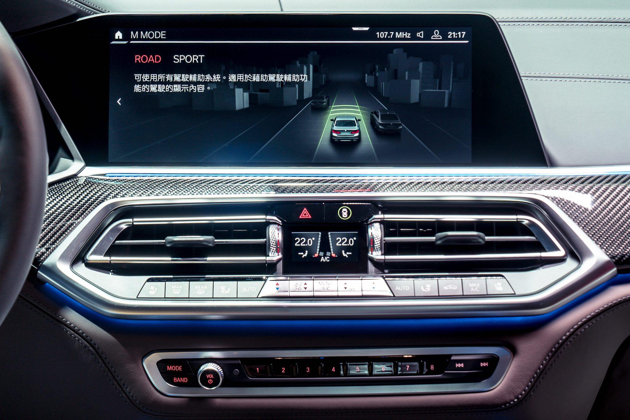 全新 BMW X5 M 搭載 M MODE 駕馭模式切換功能,可依路況與需求透過 12.3 吋中控觸控螢幕選擇 Road 或 Sport 模式。