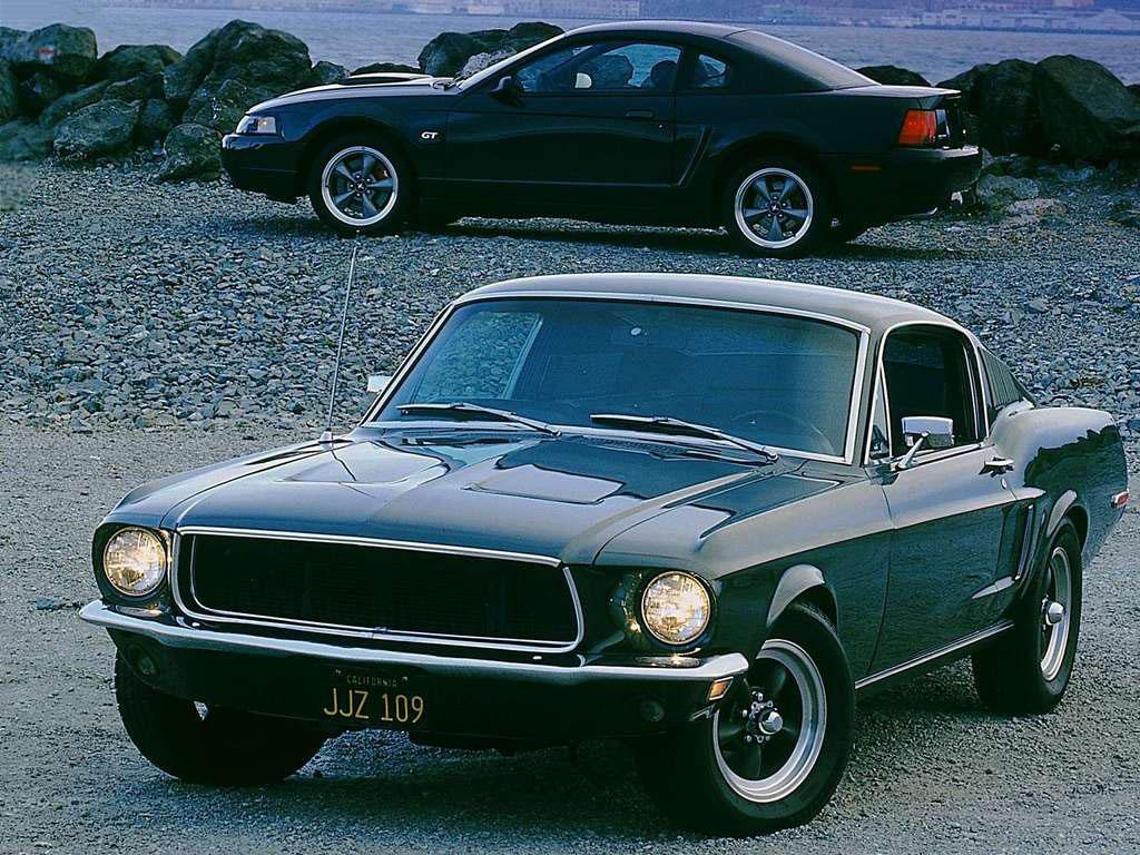 《警網鐵金剛》 Steve McQueen 所駕駛的 1968 Mustang。背景為 2001 Mustang Bullitt GT 特仕版。