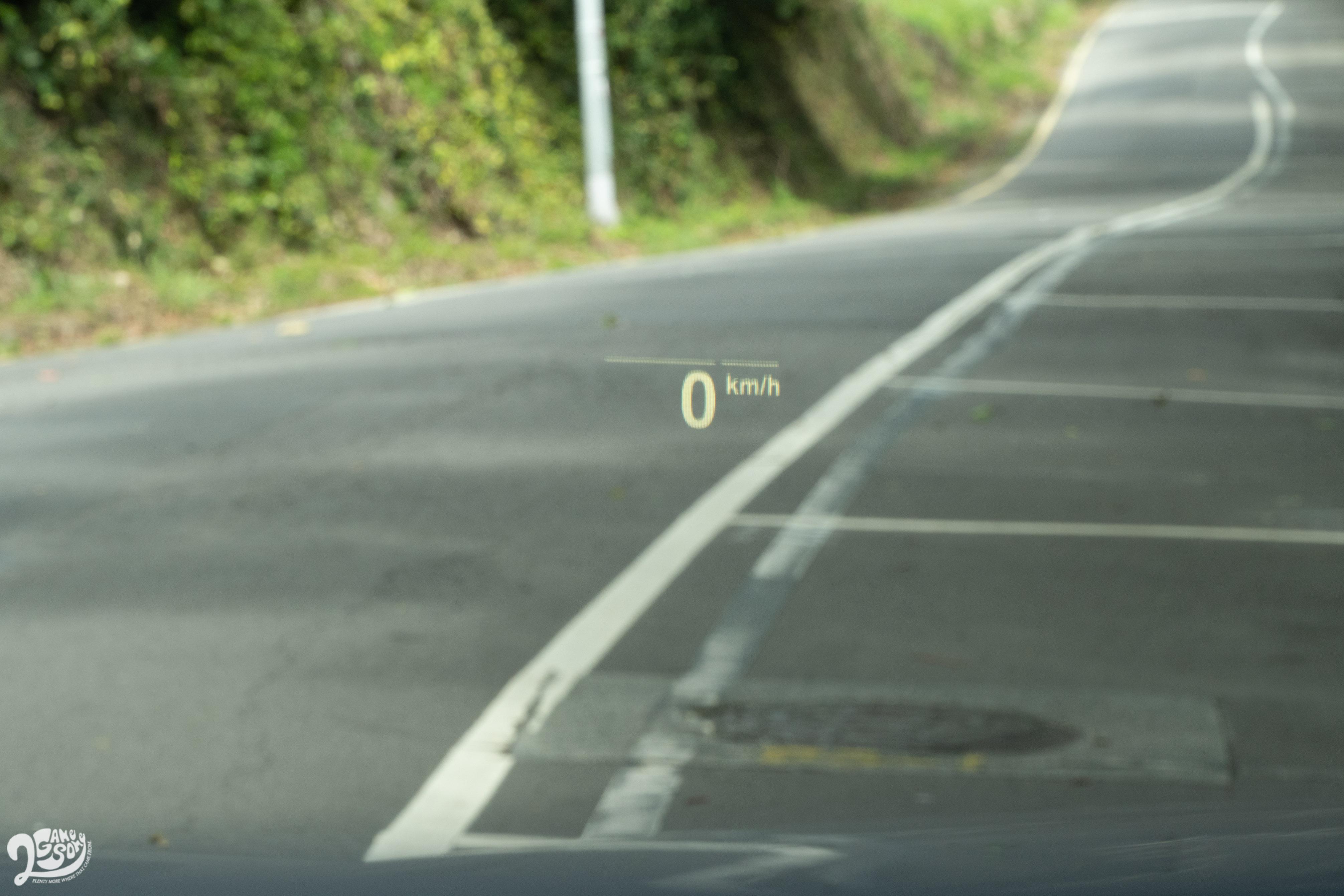 標配車況抬頭顯示器,可顯示 Google Maps 以及原廠導航圖資。