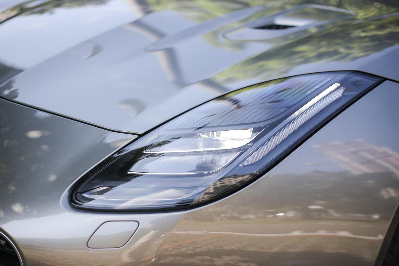 F-Type  3.0L AWD R-Dynamic 以上車型配備全 LED 頭燈,以下車型則為 HID 頭燈。