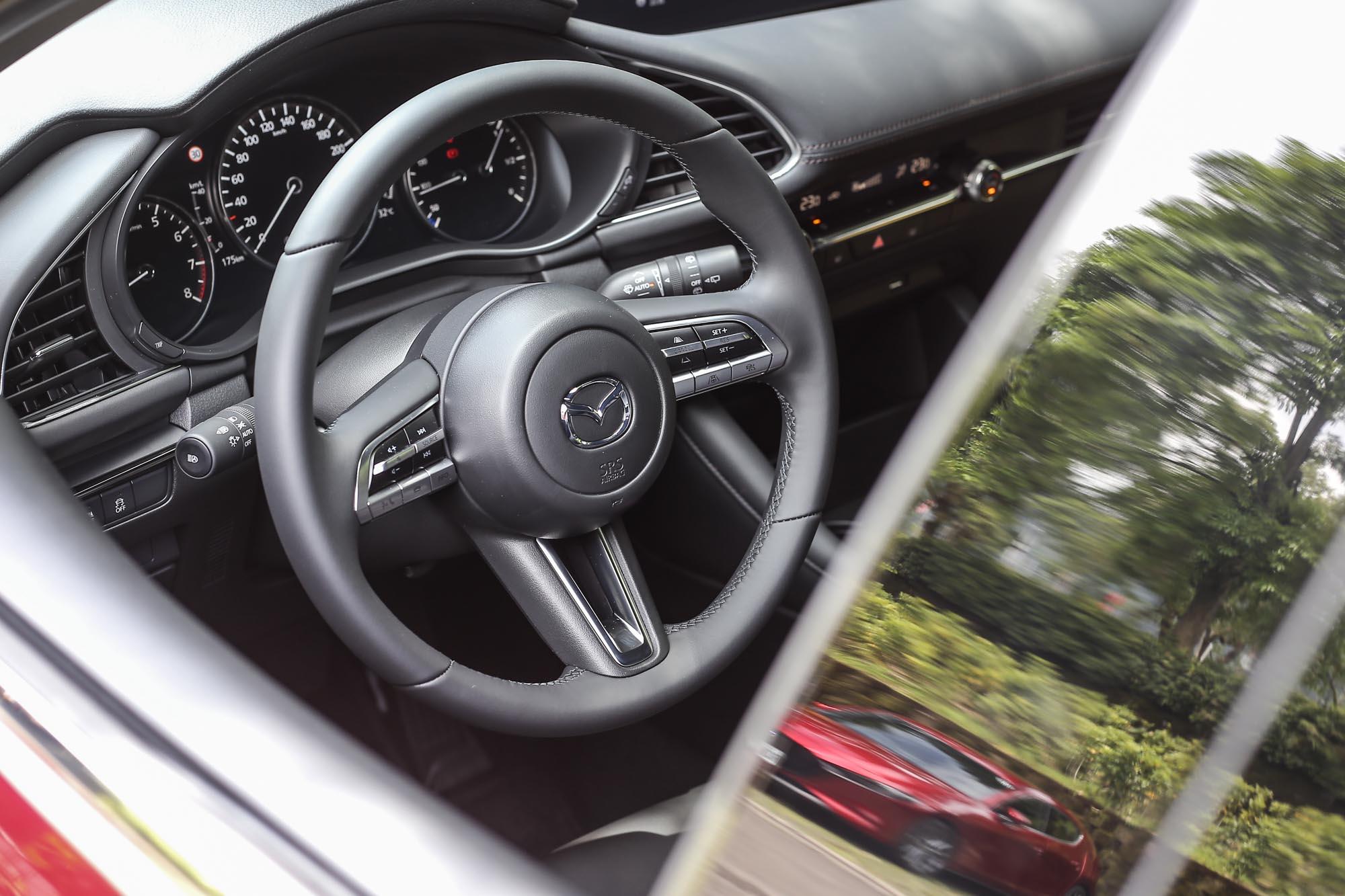 雖然沒有換檔撥片與觸控介面,但在整體的握感與質感設計方面,五門 Mazda3 BOSE® 旗艦型的方向盤表現也挺優異。
