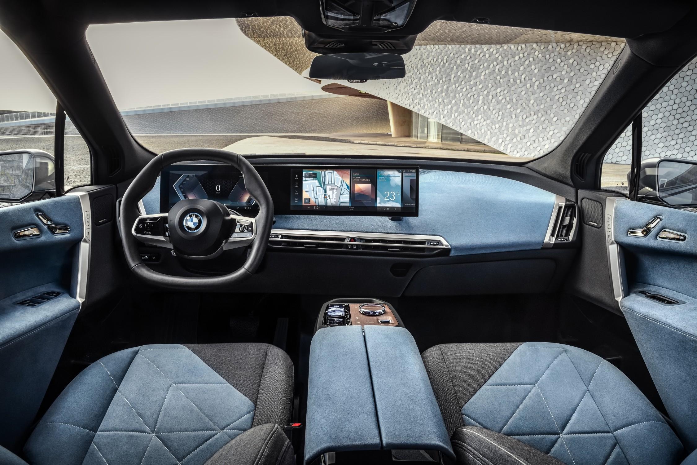 BMW將iX車室視為生活空間的延伸,以一體式曲面液晶顯示幕搭配北歐豪華設計家居般的座椅內裝鋪陳與全景式玻璃車頂。