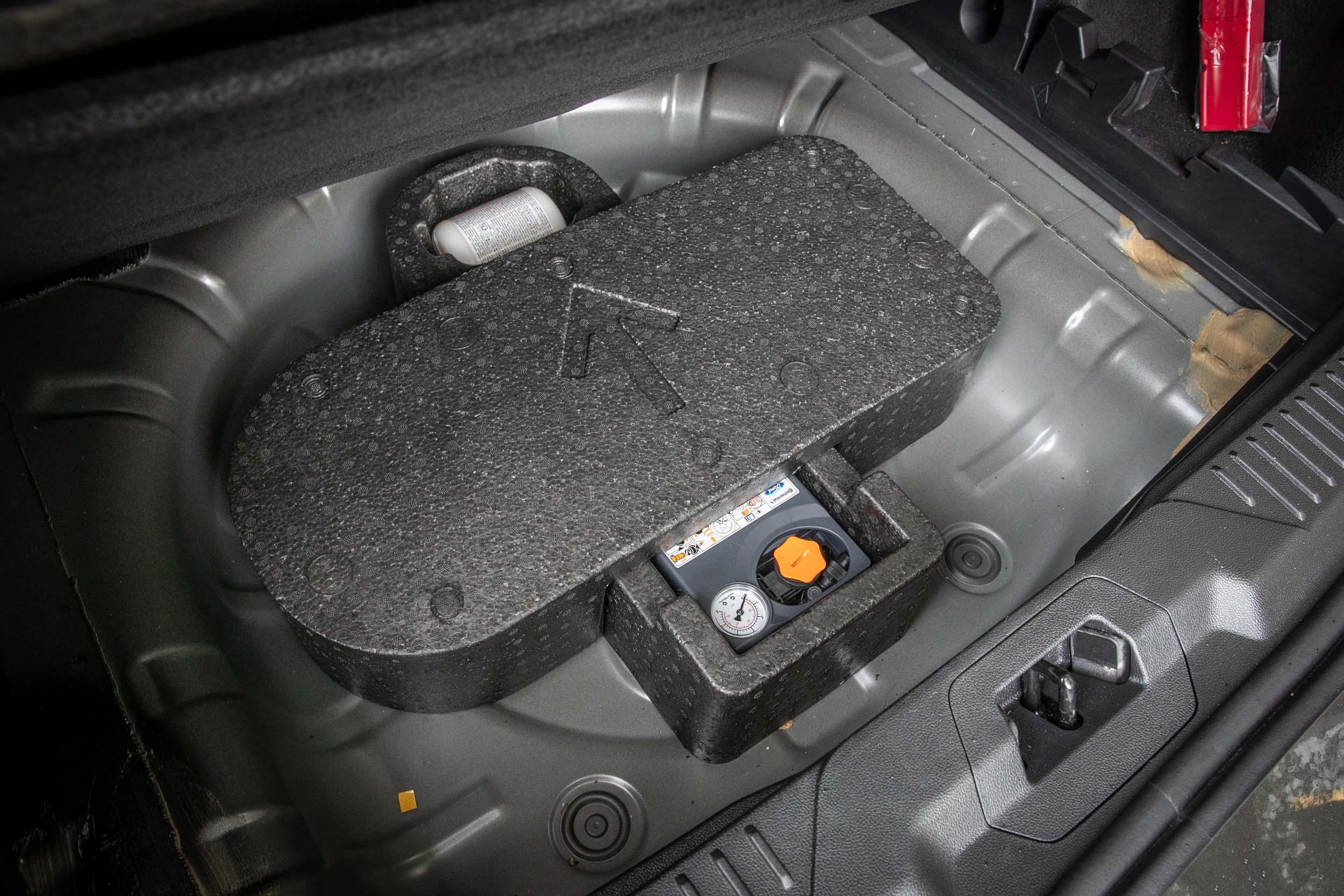 後廂底版下的重低音揚聲器取消。