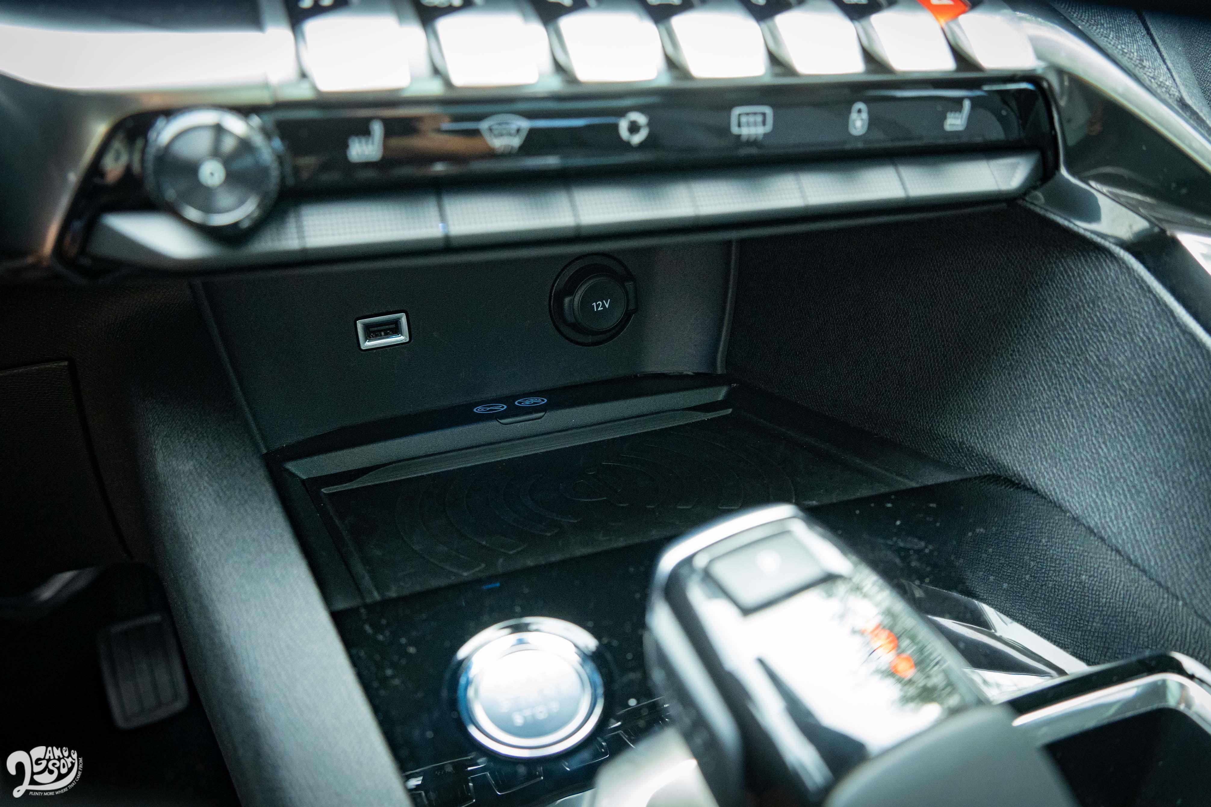 中控台下方有無線充電板。