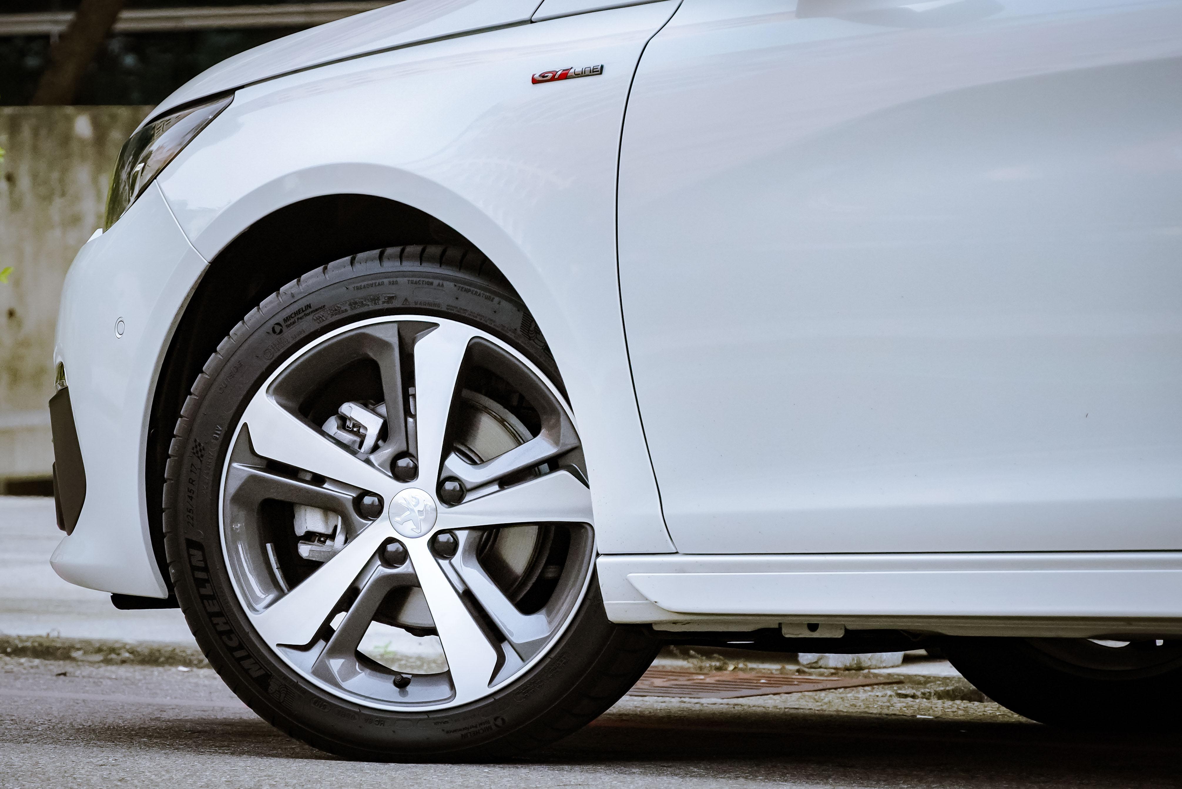 GT Line Cielo 標配 17 吋輕量化鋁合金輪圈。