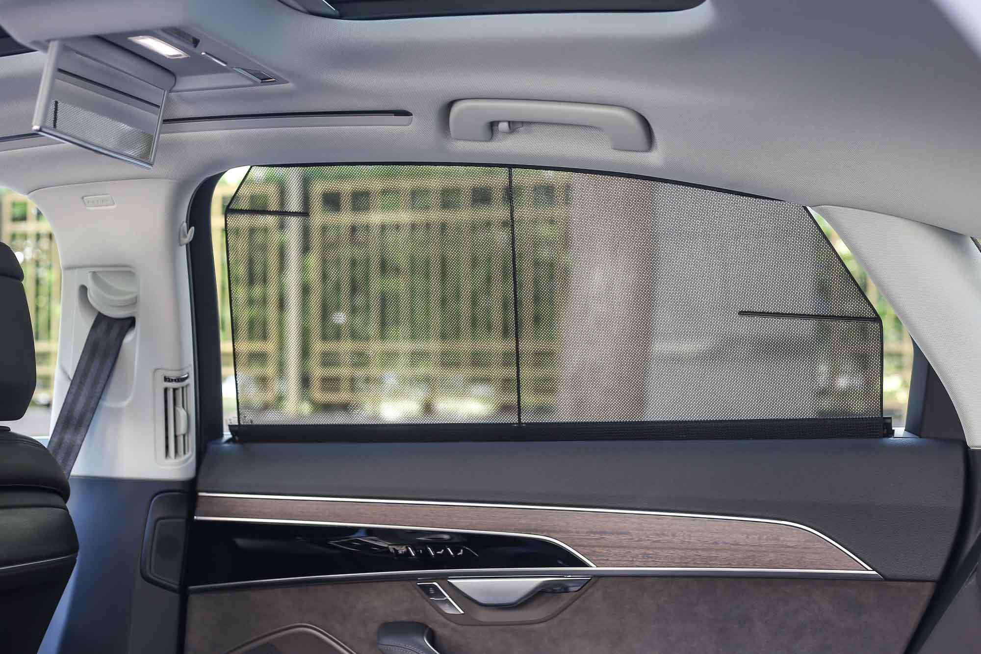 後門車窗遮陽簾 + 電動後擋風玻璃遮陽簾是此車型標配。