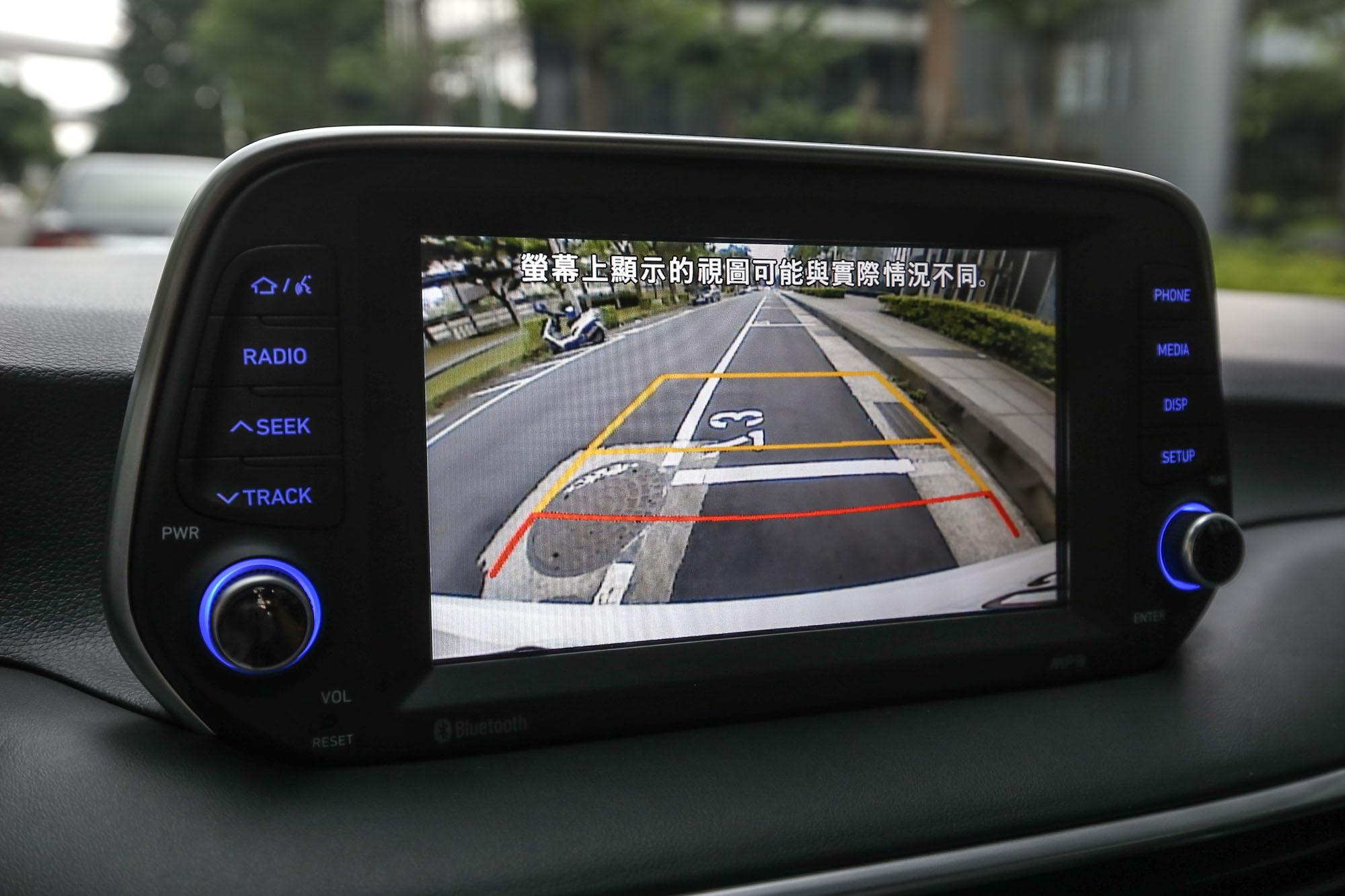 AVM 環景影像輔助系統為旗艦型以上車款標配,試駕的尊爵型只有配備倒車顯影系統。