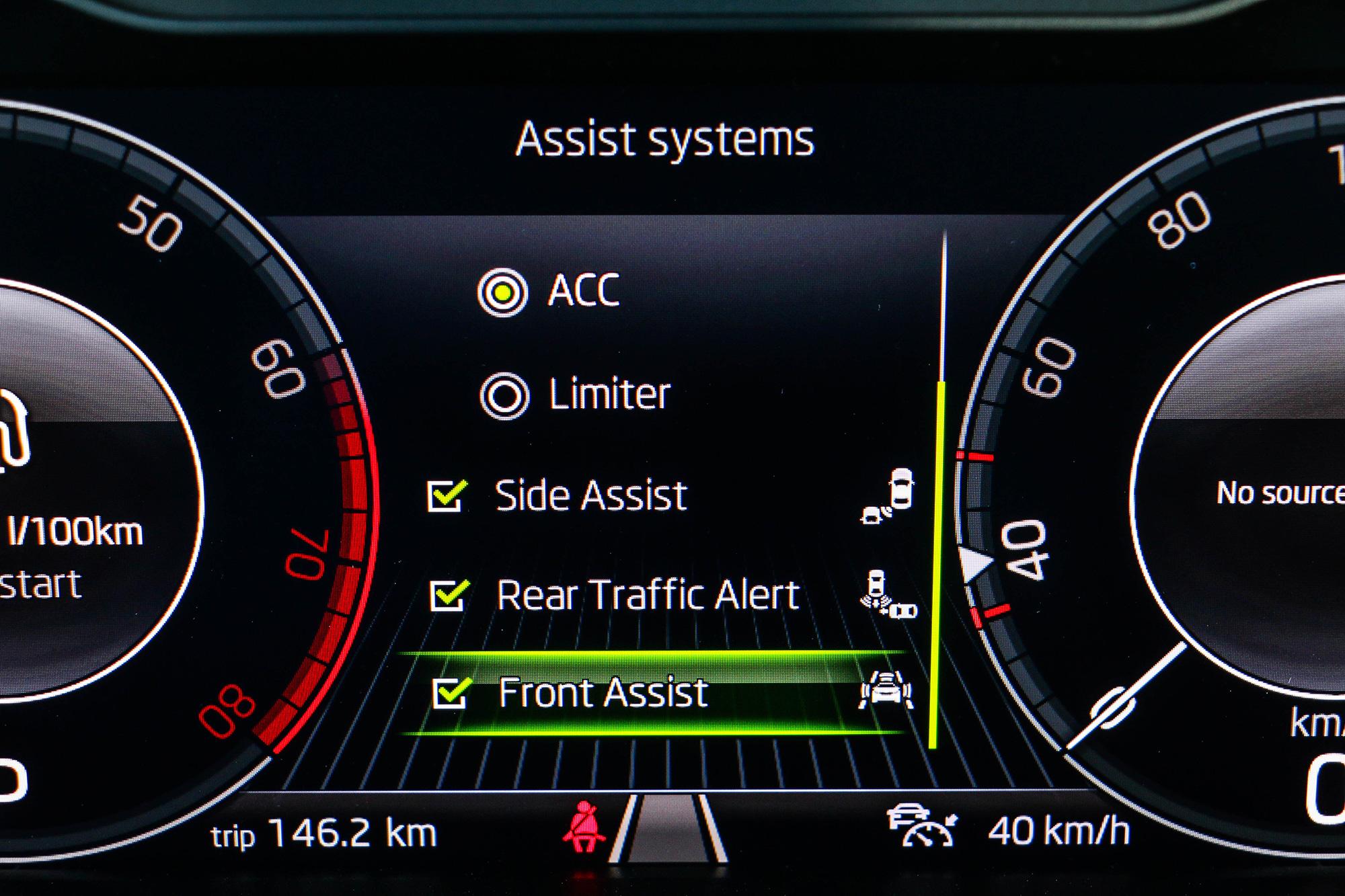 各項駕駛輔助系統可透過方向盤的按鈕進行操作。